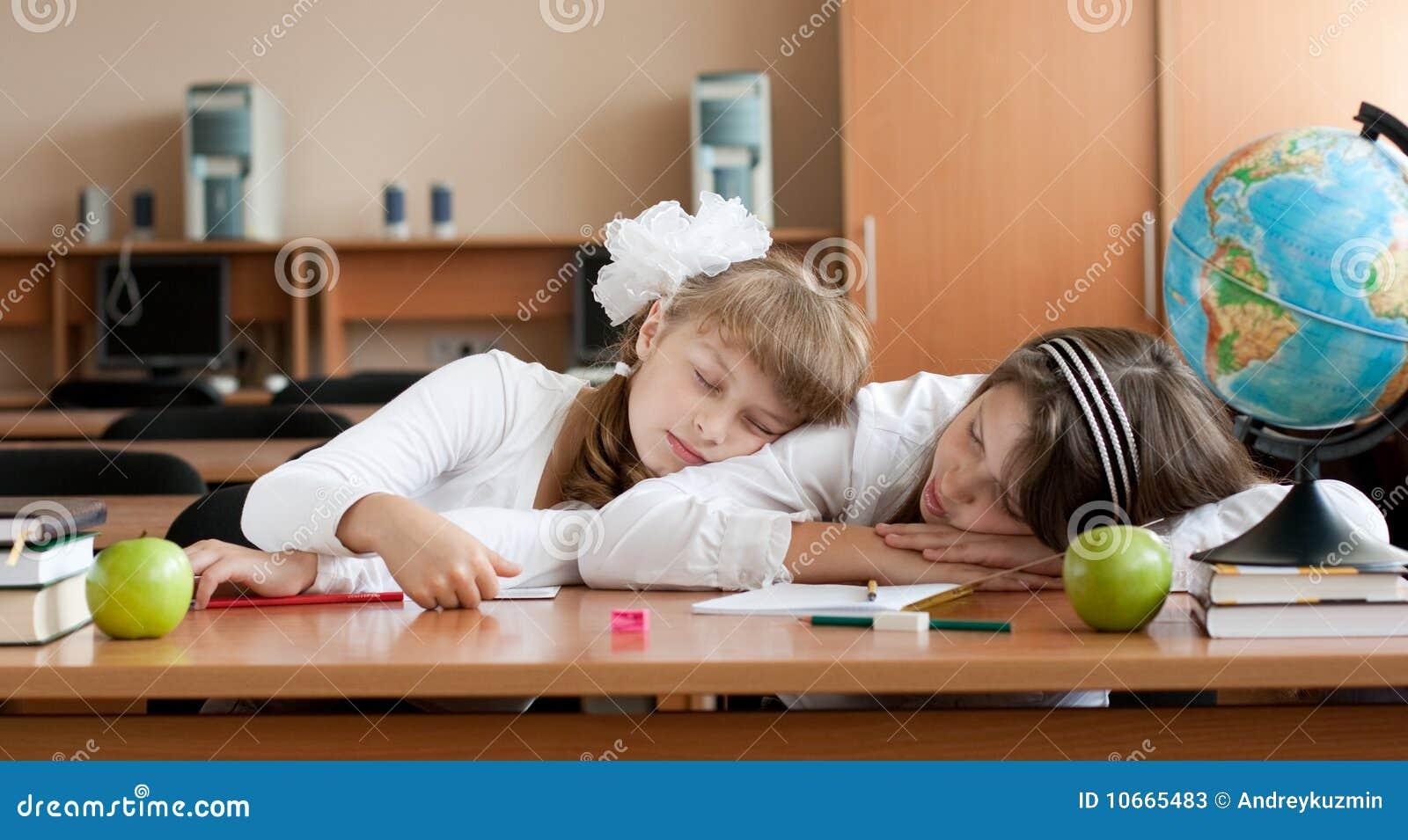 Dos colegialas overworked del preadolescente están durmiendo