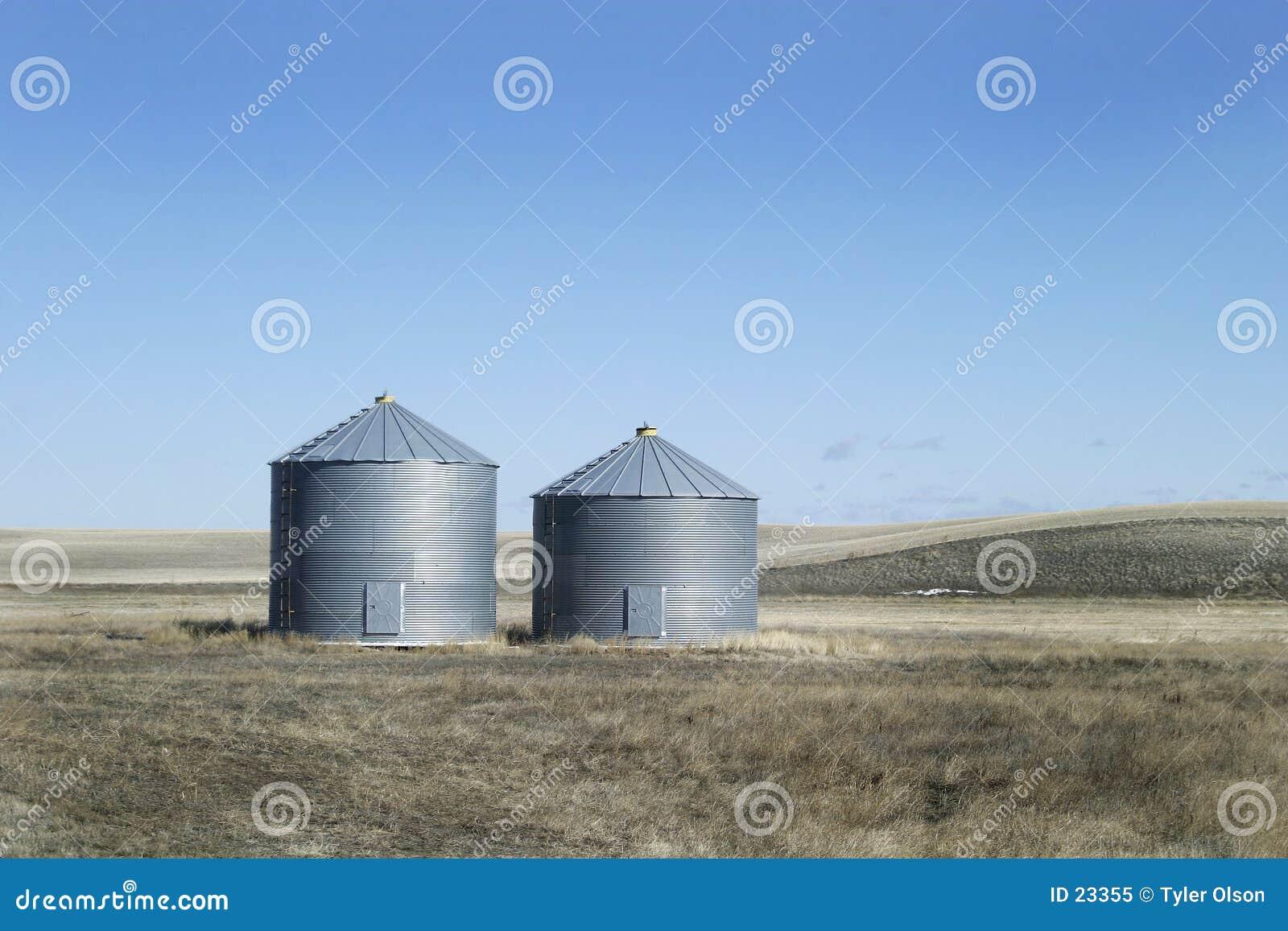 Dos compartimientos del grano del metal