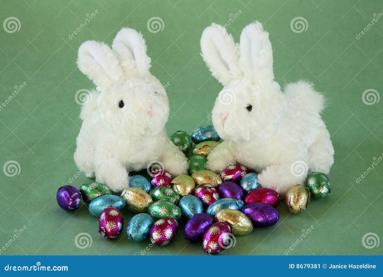 Dos conejitos con los huevos de chocolate miniatura.