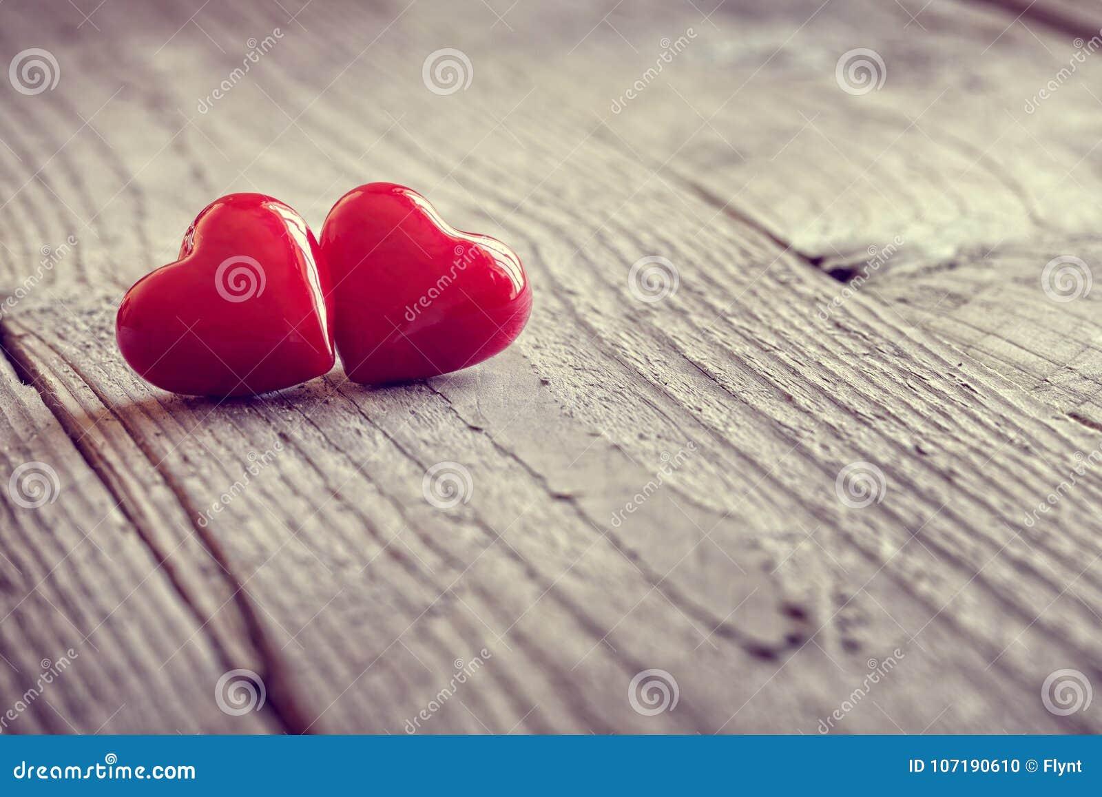 Dos corazones del día de tarjetas del día de San Valentín en amor