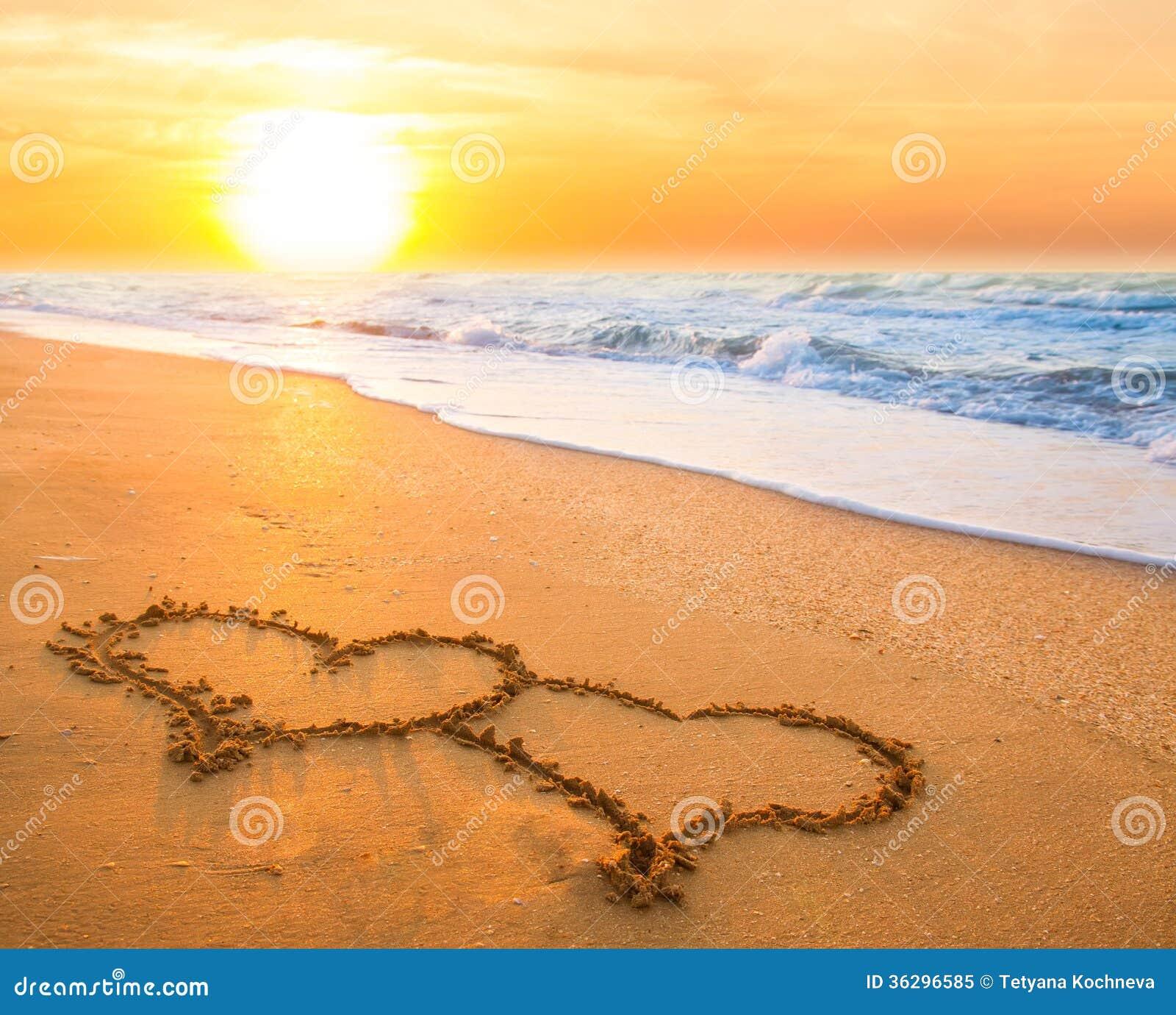 Dos corazones en la arena de la playa foto de archivo for Arena de playa precio