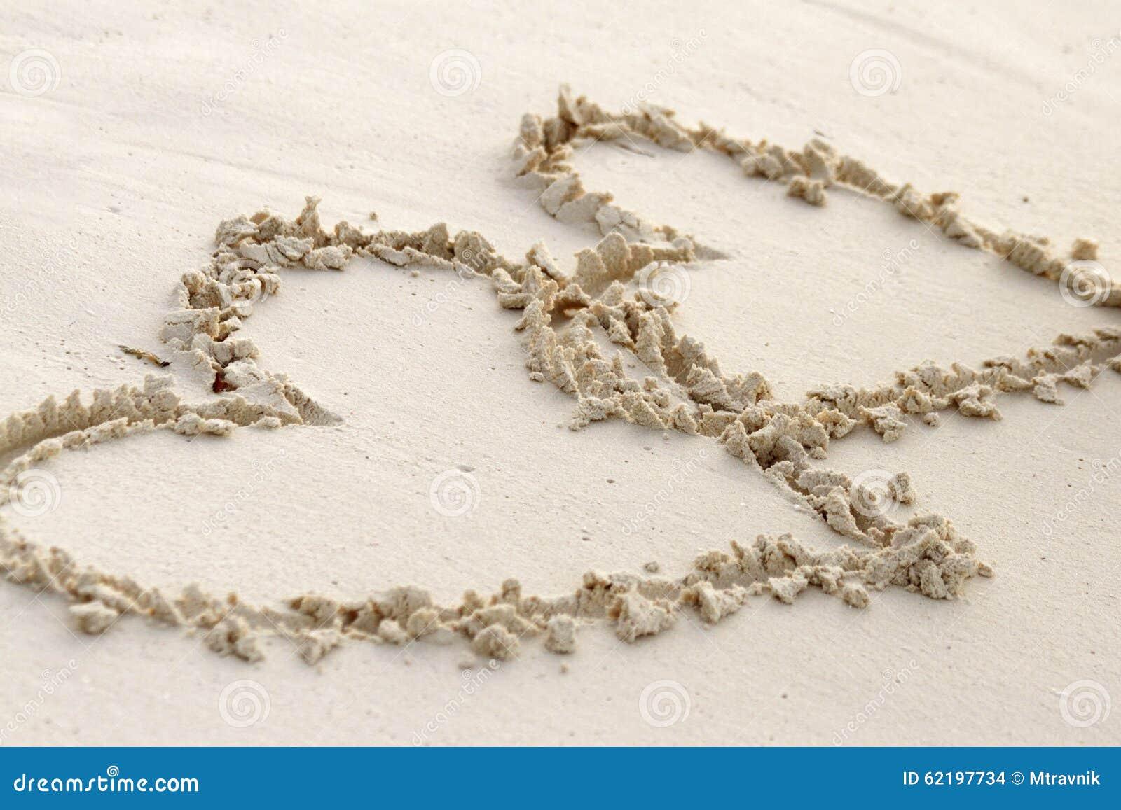 Amor Escrito En Arena: Dos Corazones Escritos En Arena En Una Playa Foto De