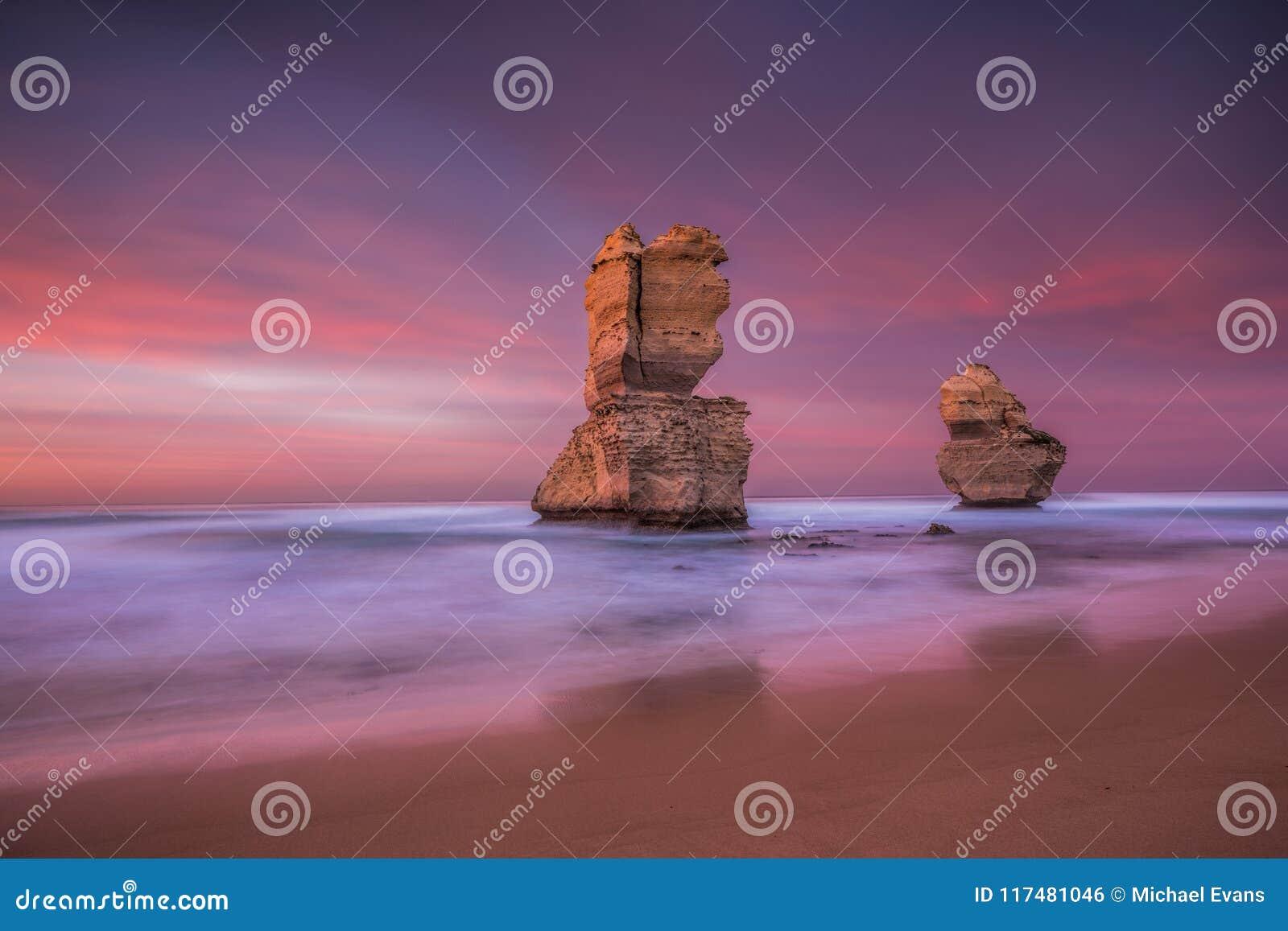 Dos de los doce apóstoles en la salida del sol de la playa de Gibsons, grande