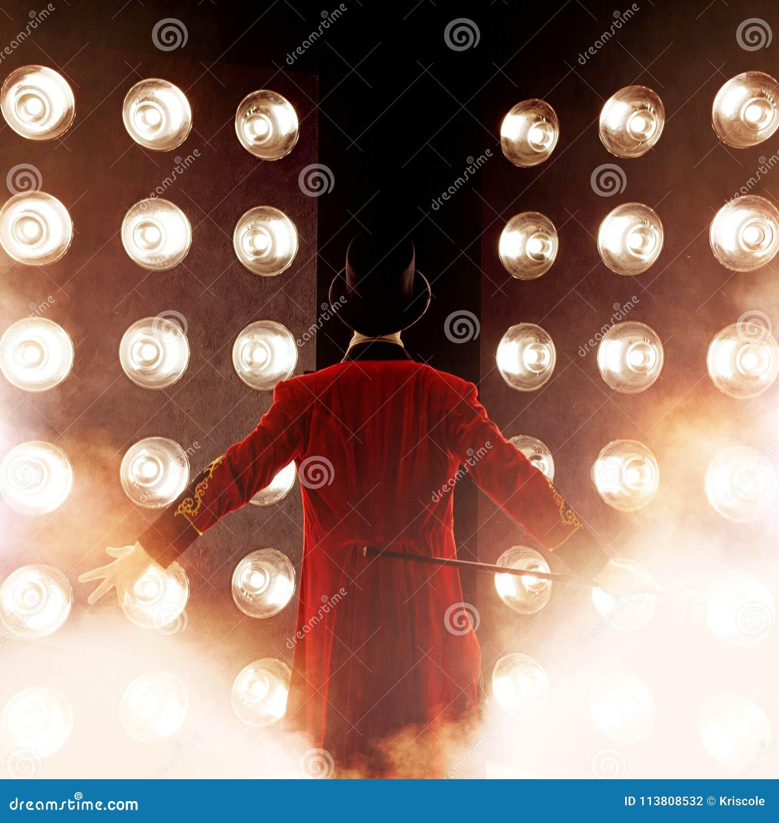 Dos de metteur en scène, bras aux côtés Jeune comique, présentateur ou acteur masculin sur l étape Le type dans la camisole rouge