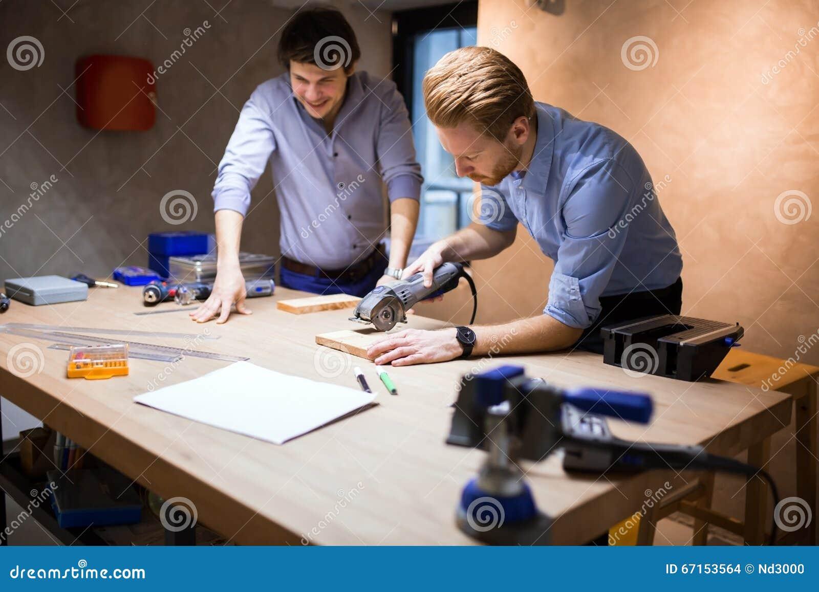 Dos diseñadores creativos que trabajan en taller