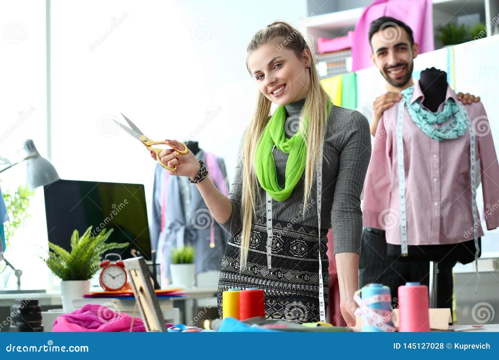 Dos diseñadores de moda en crear del lugar de trabajo