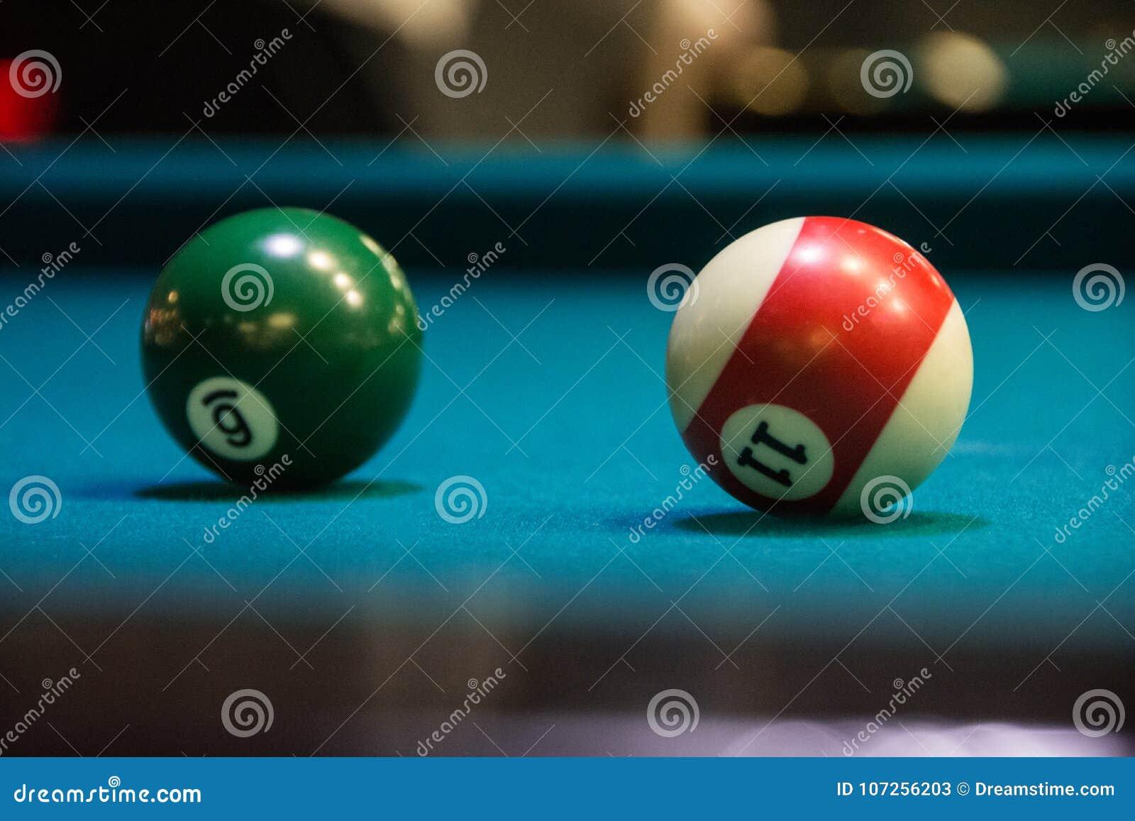 Dos diversas bolas para el billar