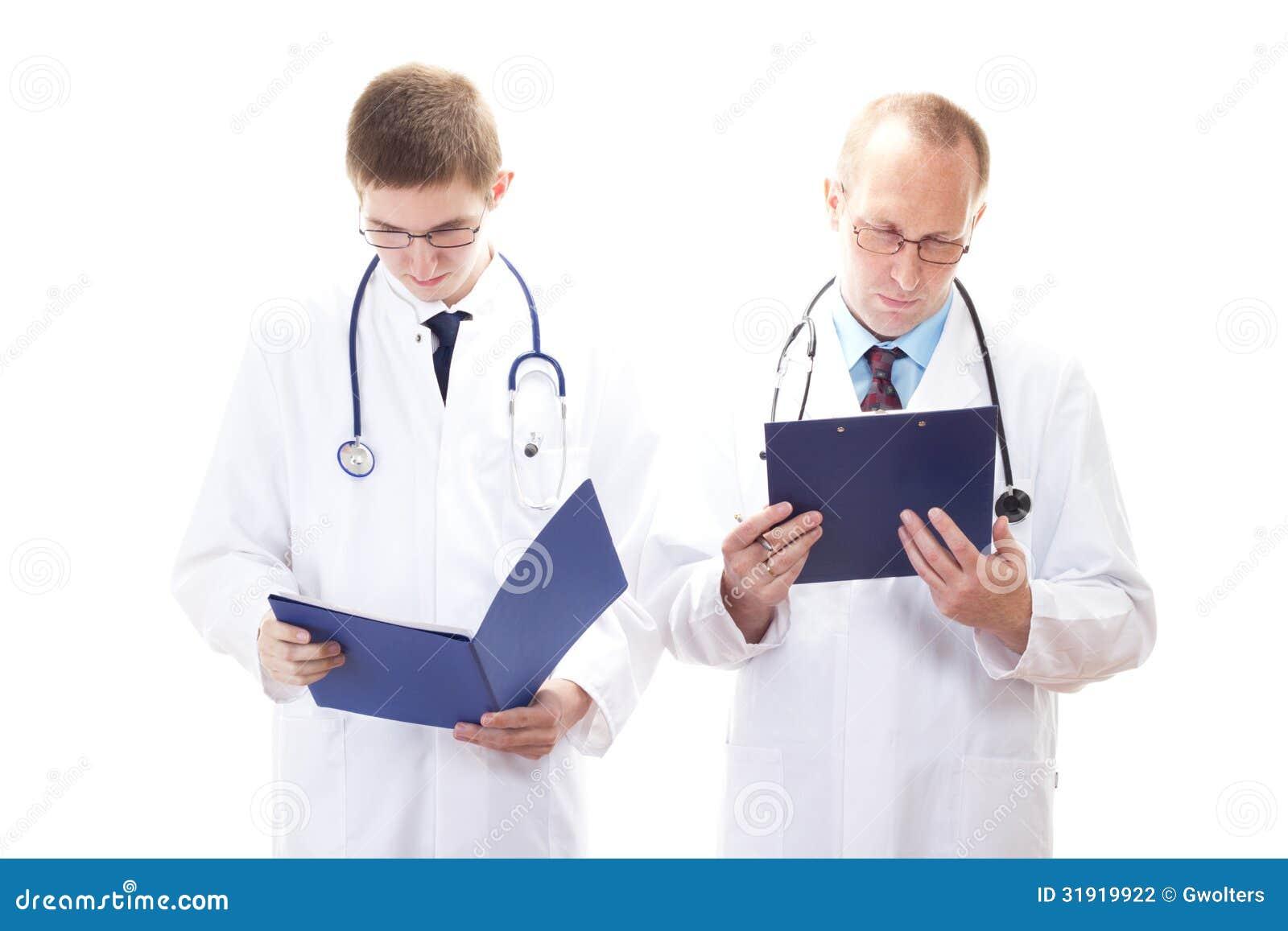 Dos doctores que leen expedientes de los pacientes