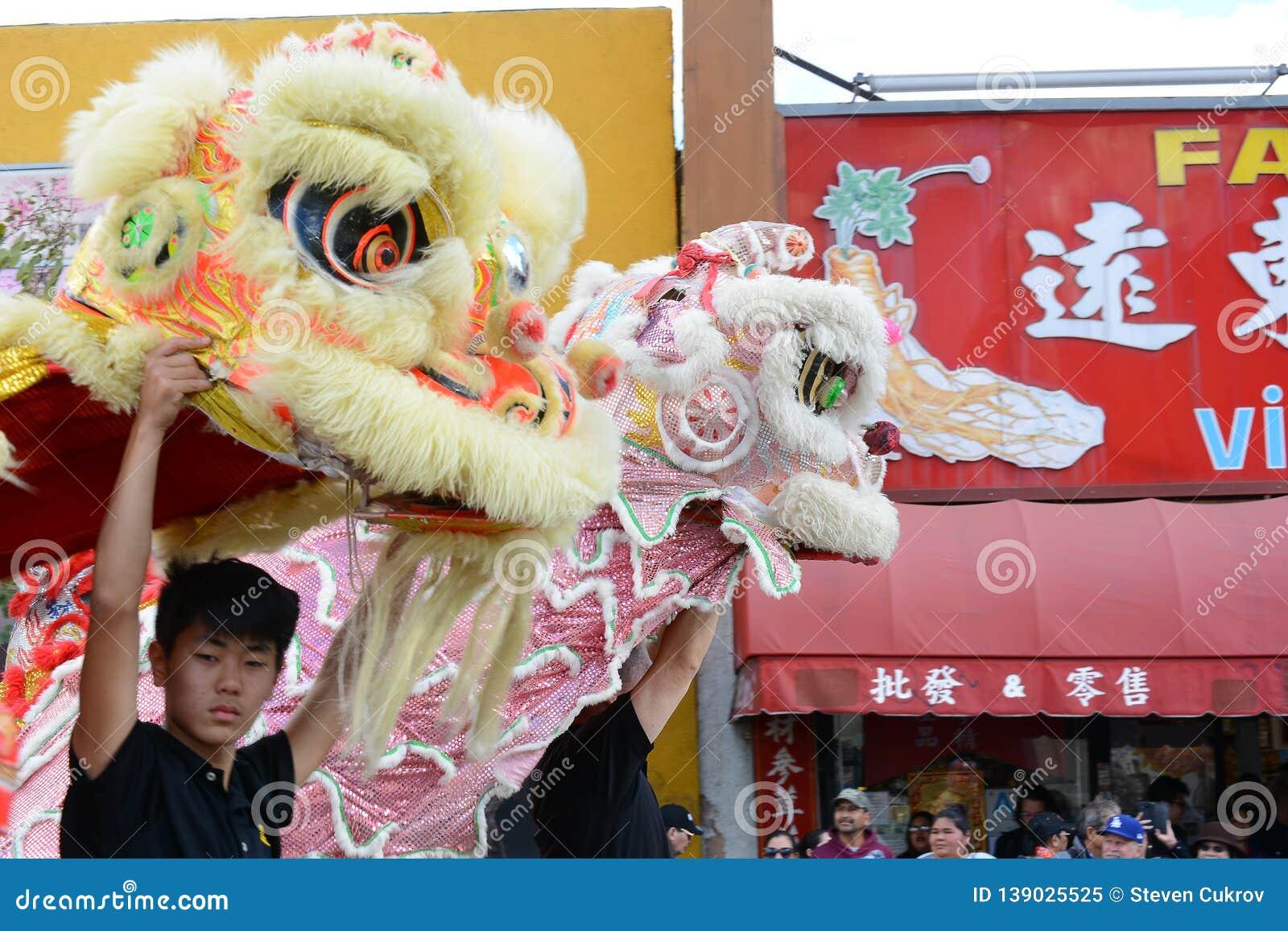 Dos dragones en Dragon Parade de oro, celebrando el Año Nuevo chino