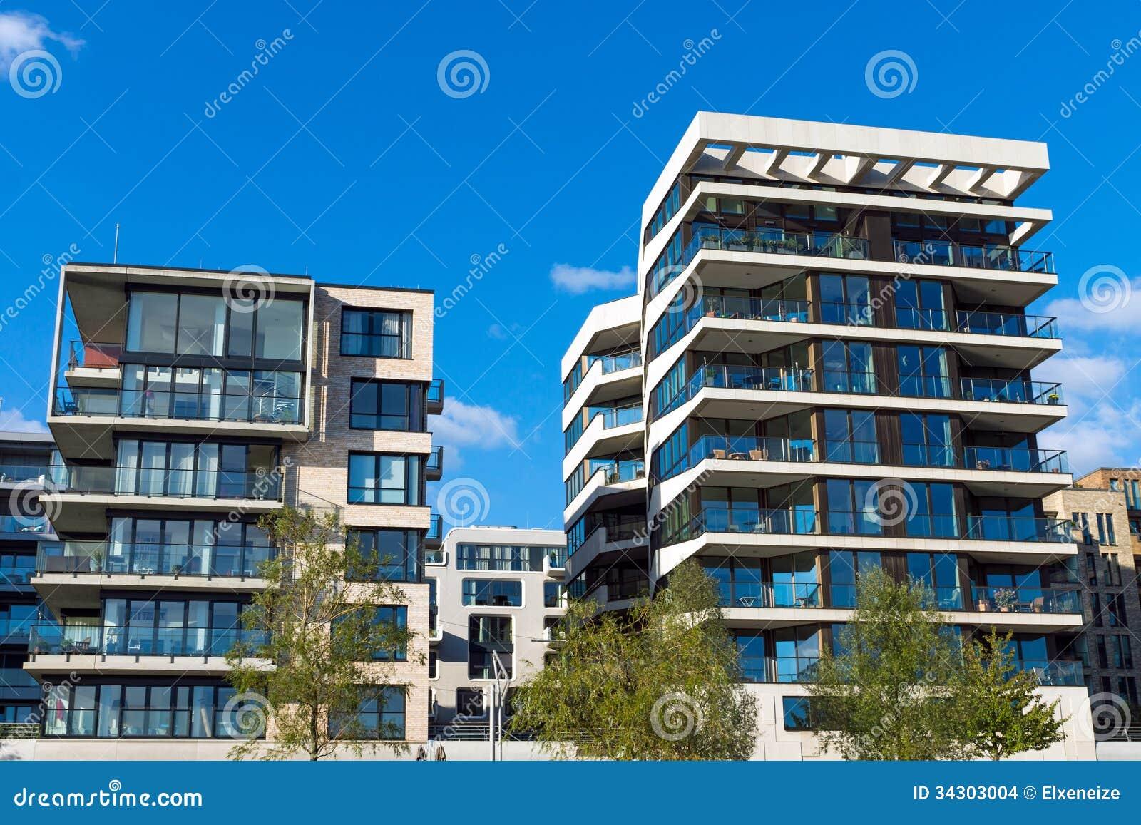 Dos edificios de apartamentos modernos imagenes de archivo for Fotos apartamentos modernos