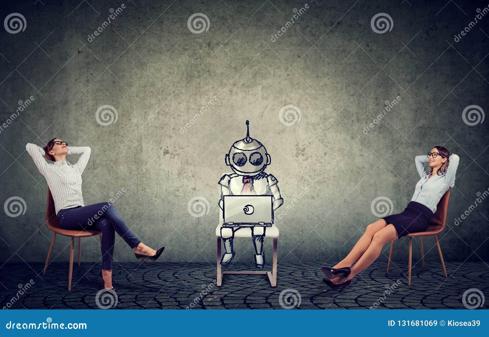Dos empresarias que se relajan disfrutando de ayuda de la inteligencia artificial en la gestión de la compañía