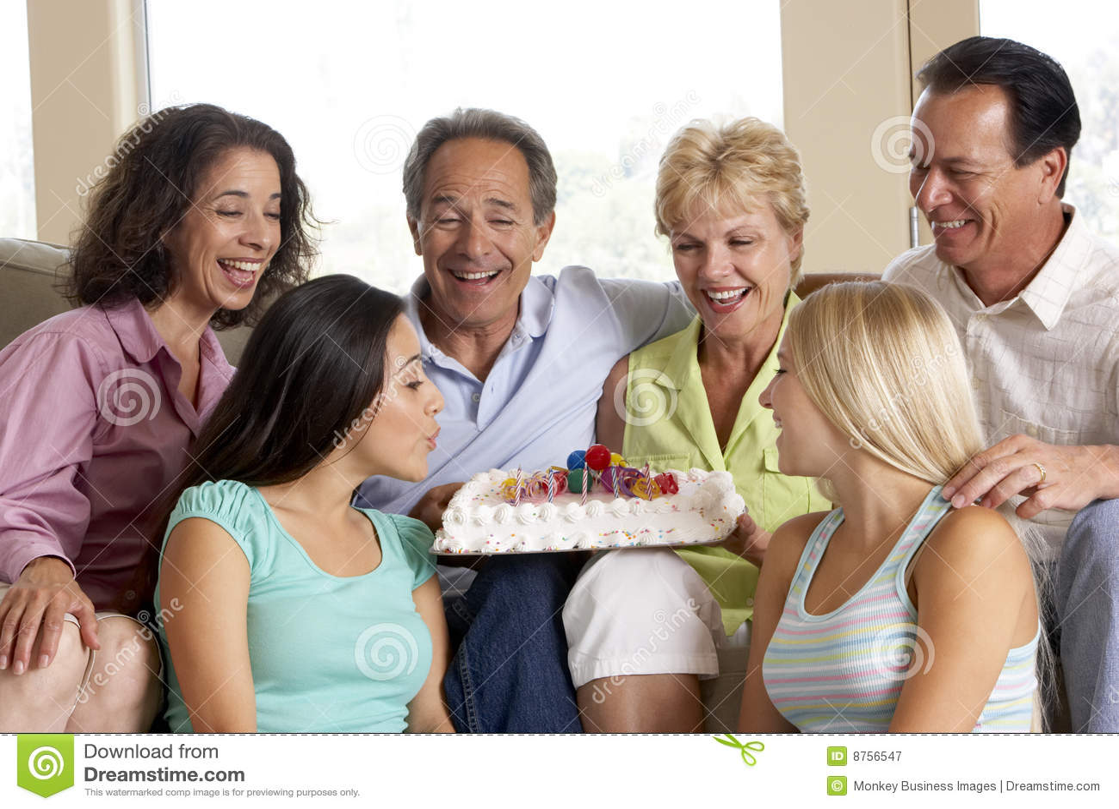 Dos familias que celebran un cumpleaños