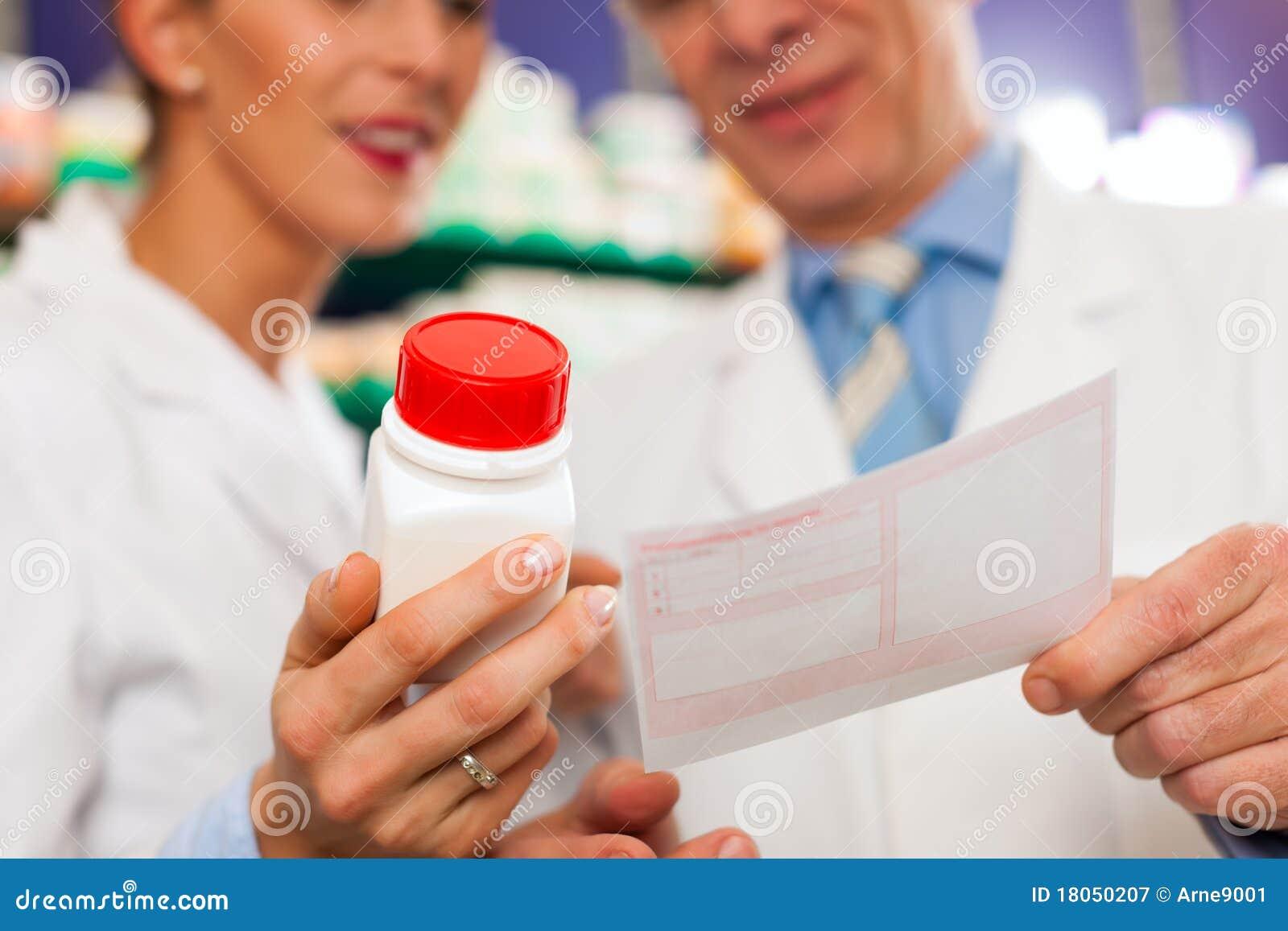 Dos farmacéuticos en la consulta de la farmacia