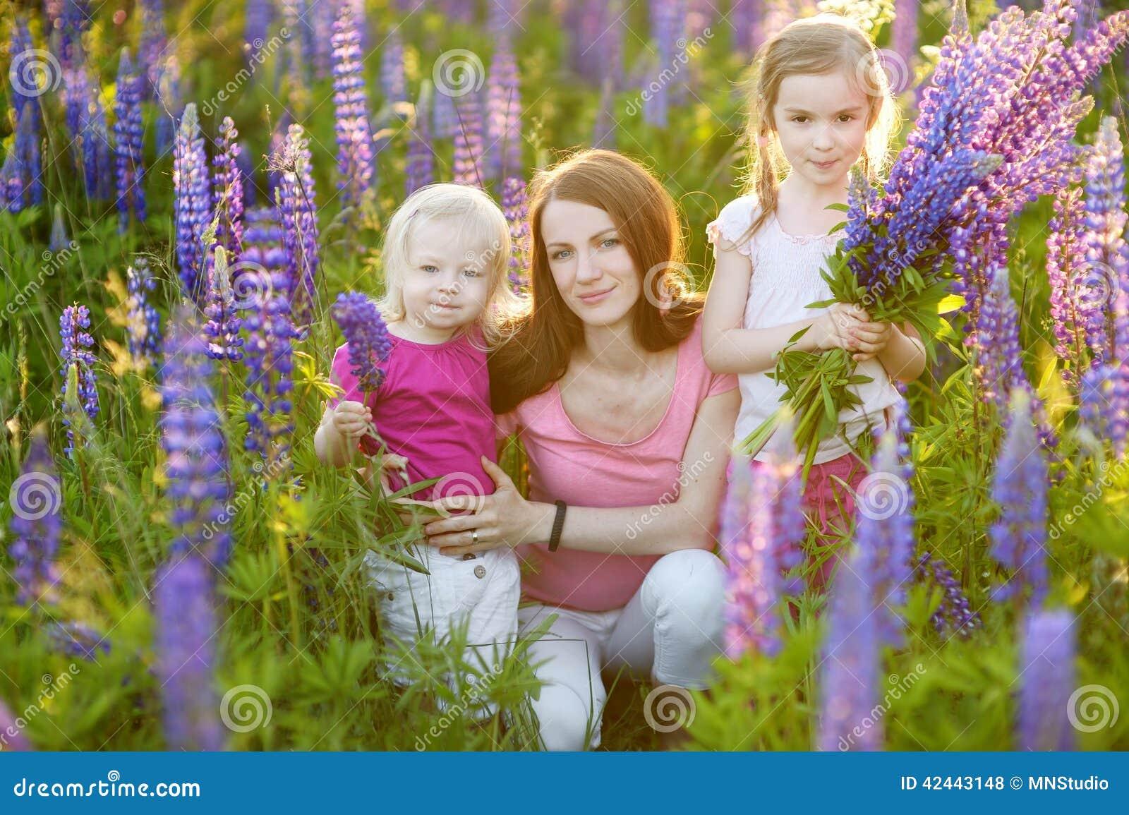 Dos hermanas y su madre en campo del lupine