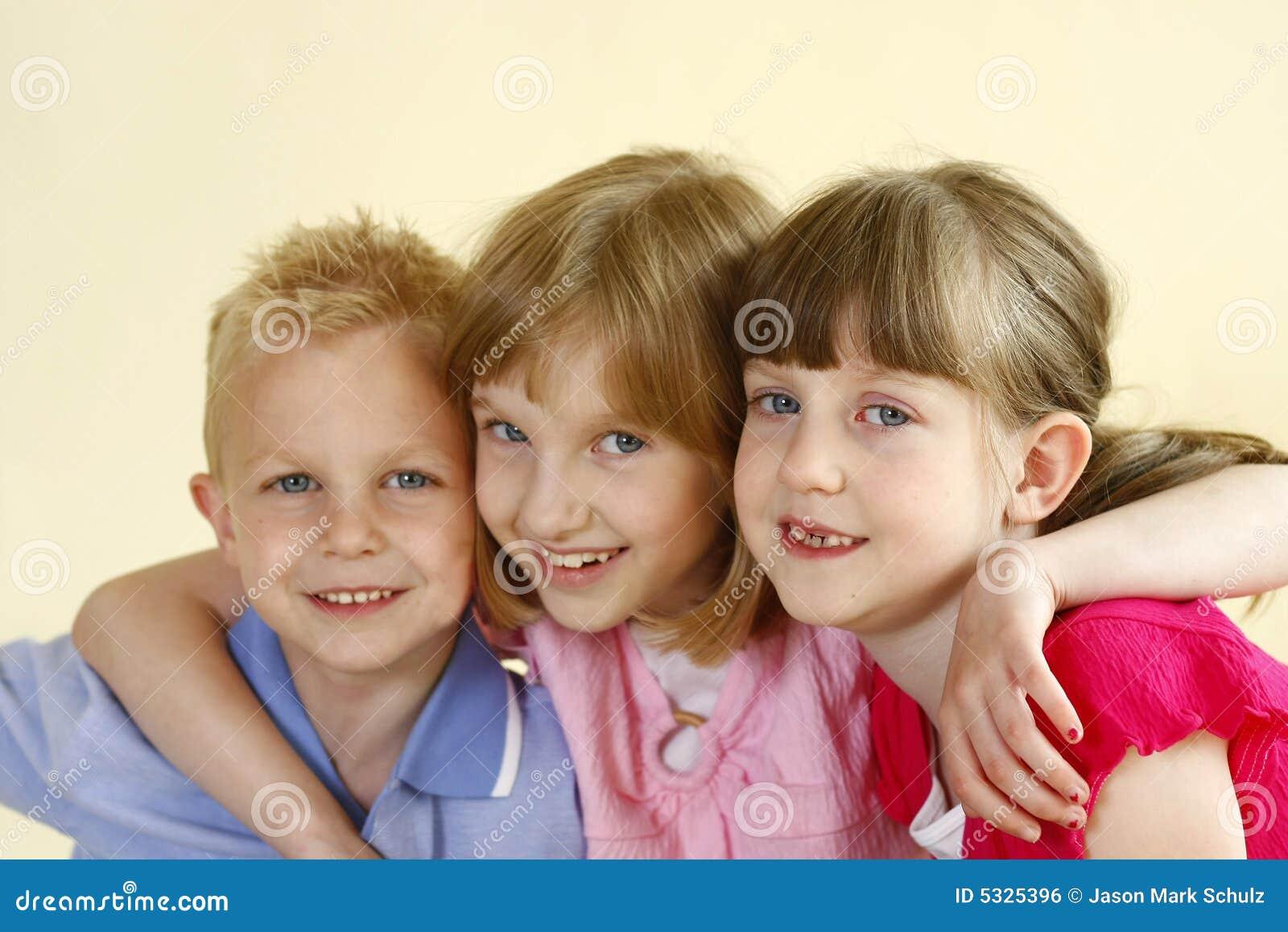 Dos hermanas y un hermano foto de archivo imagen de mueca - Spa en dos hermanas ...
