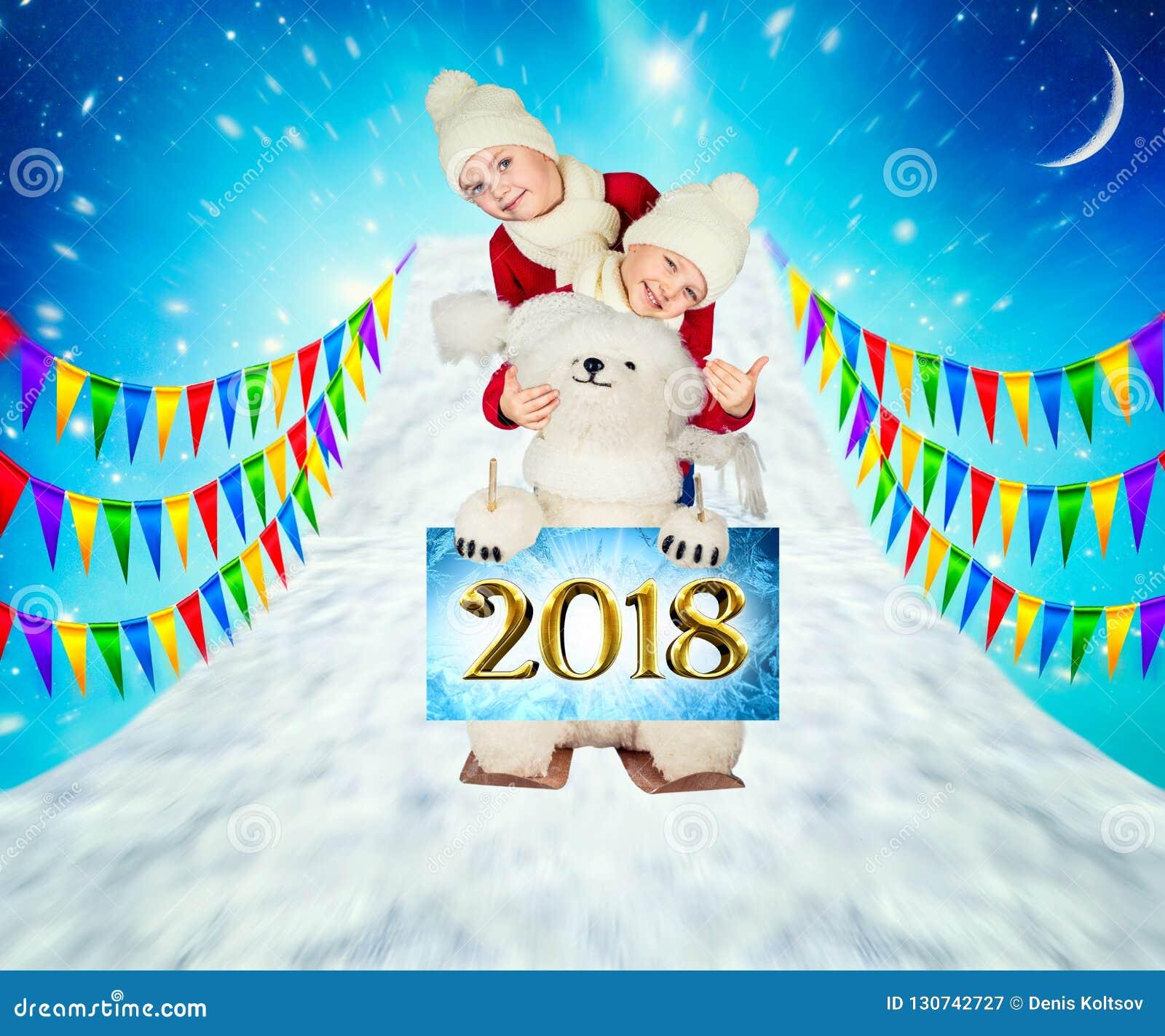 Dos hermanos, así como un oso polar, están esquiando de la montaña ¡Feliz Navidad y buenas fiestas!
