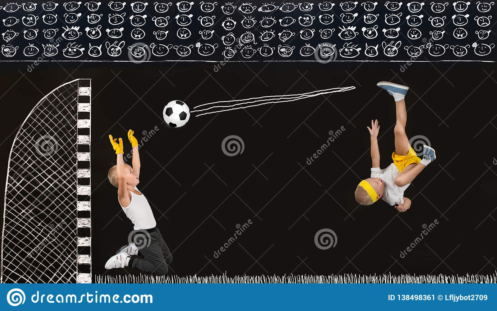 Dos hermanos juegan a fútbol Dibujos en tiza en la pared