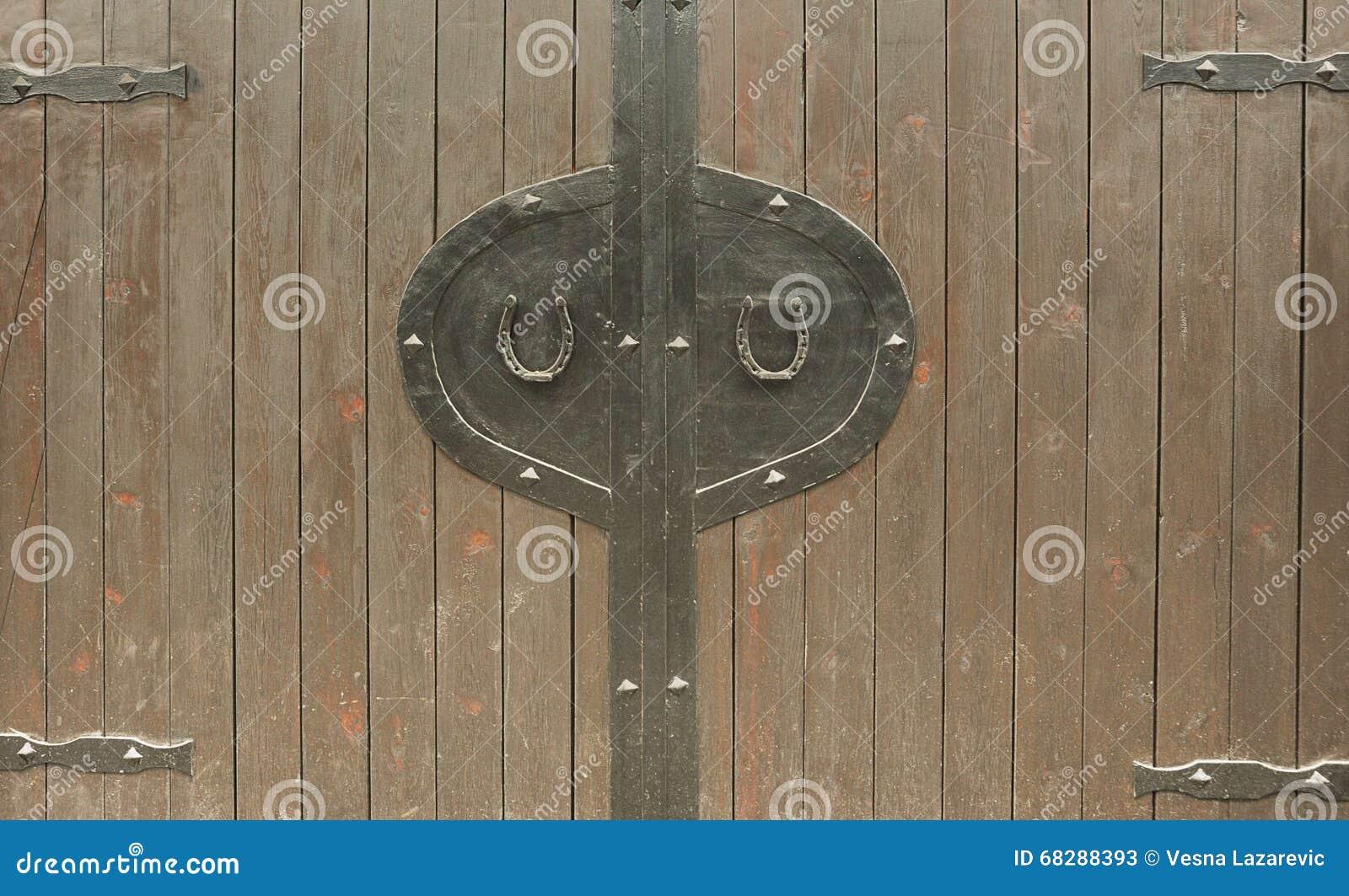 Dos herraduras en la puerta de madera vieja foto de for Puerta vieja madera