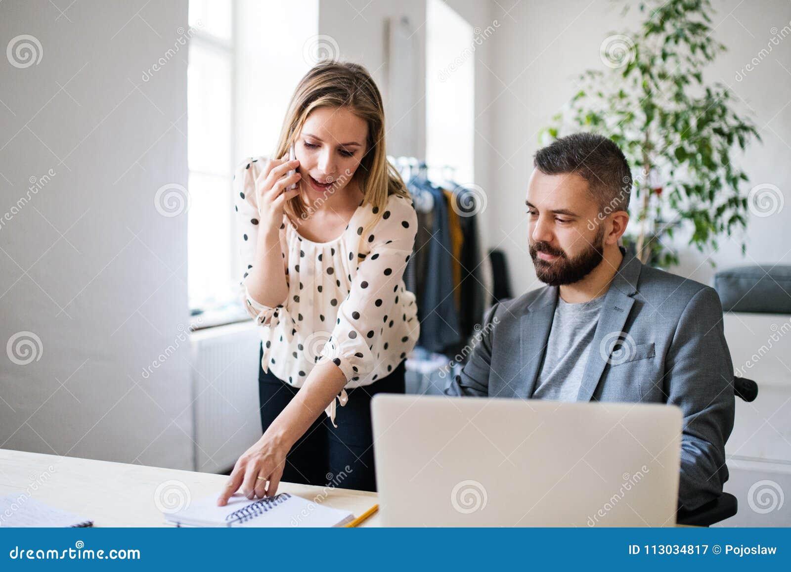 Dos hombres de negocios con smartphone en la oficina