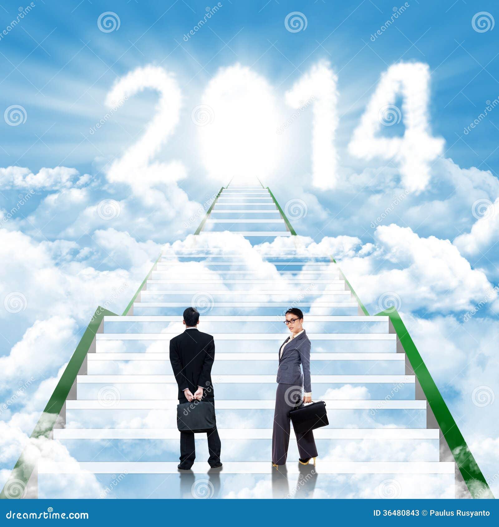 Dos hombres de negocios de los paseos en la escalera