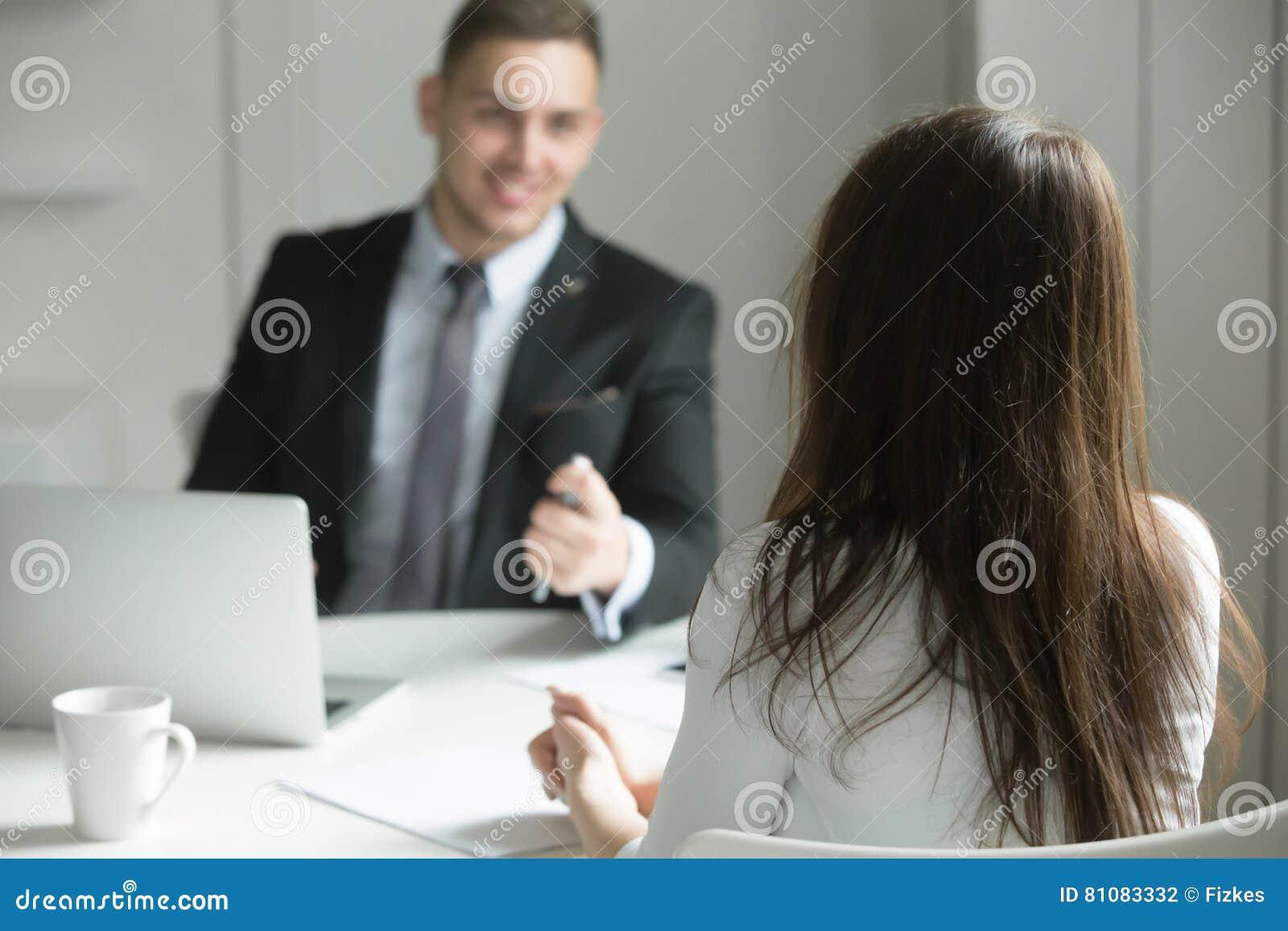 Dos hombres de negocios que hablan en el escritorio de oficina