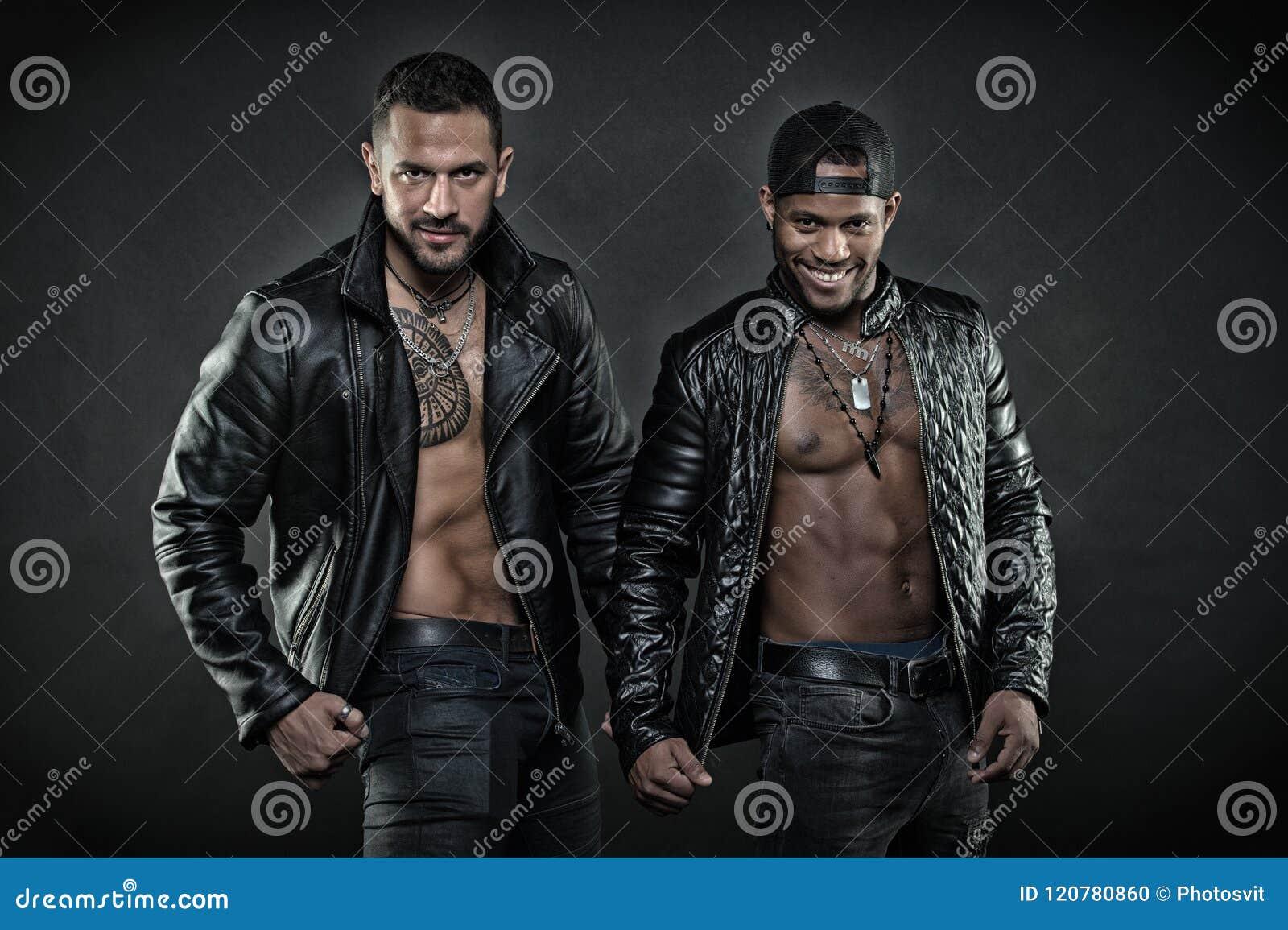 Dos Hombres En Las Chaquetas De Cuero En Fondo Negro Hombre
