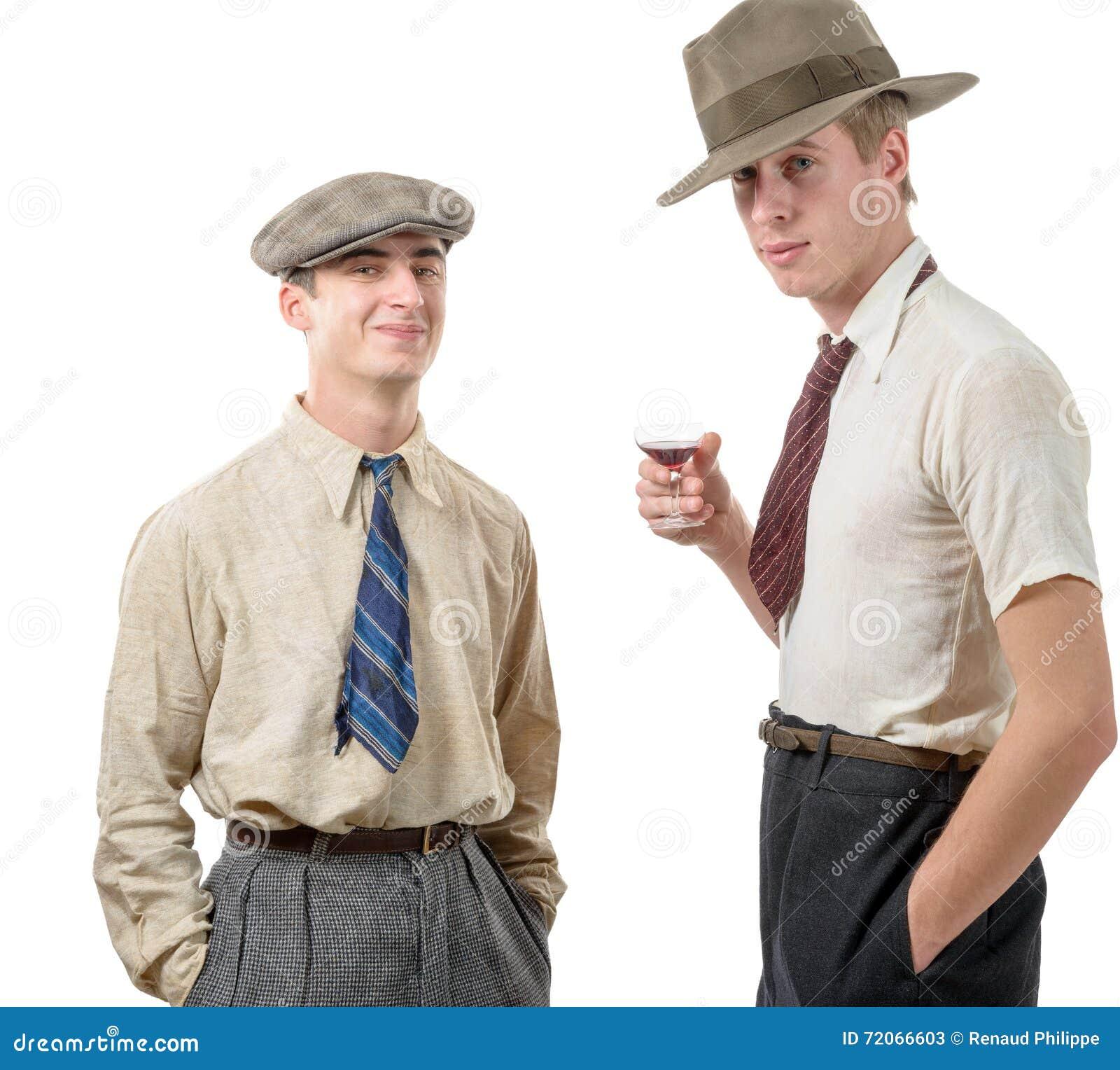 dos hombres jovenes con ropa y el casquillo en el estilo s