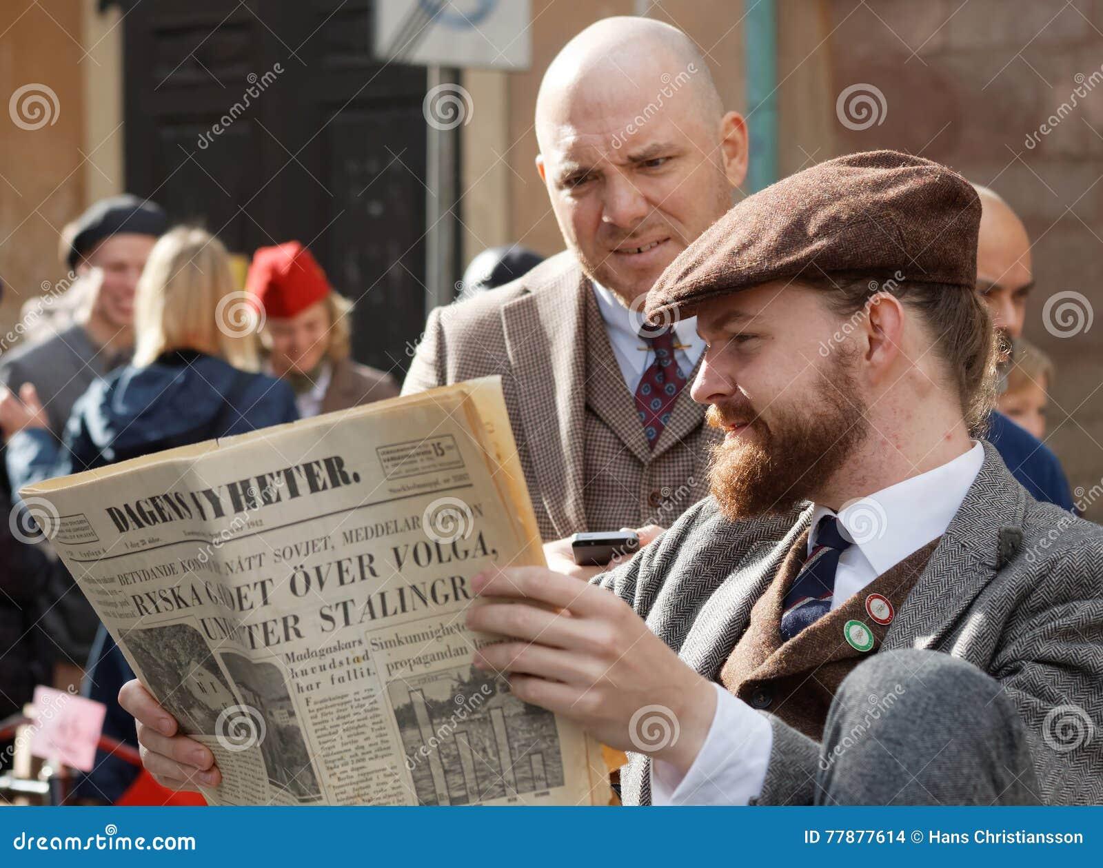 Dos Hombres Que Leen El Periódico Del Vintage, Tweed Pasado De Moda Que Lleva C Imagen de archivo editorial