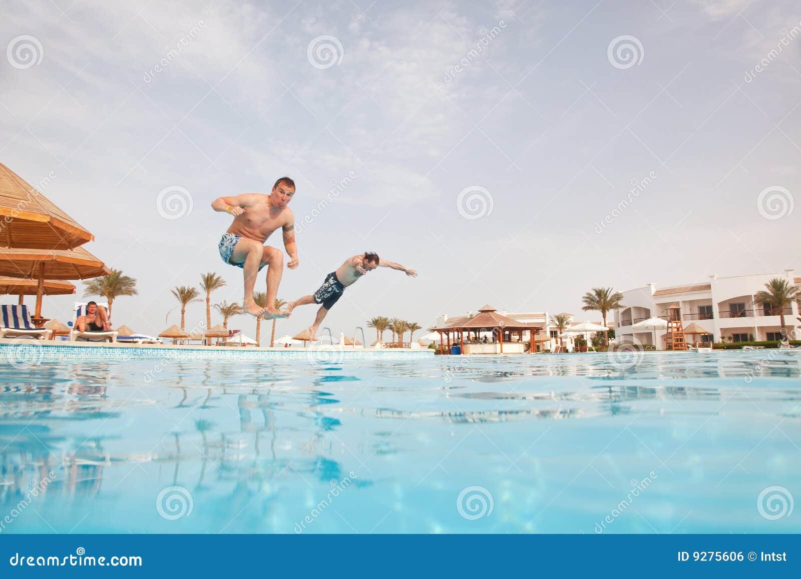 Dos hombres que se divierten en la piscina imagen de archivo libre de regal as imagen 9275606 - Business plan piscina ...