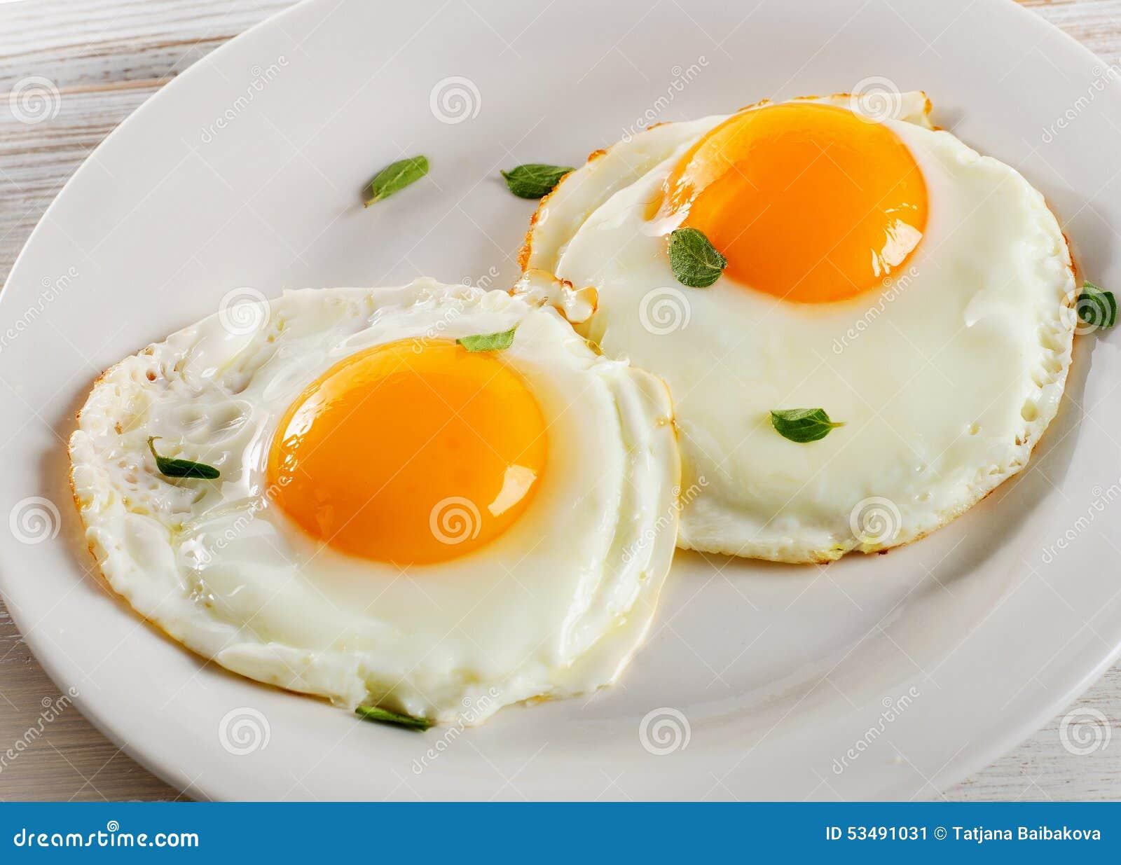 Entrevistas a los personajes - Página 15 Dos-huevos-fritos-en-la-placa-blanca-para-el-desayuno-sano-53491031