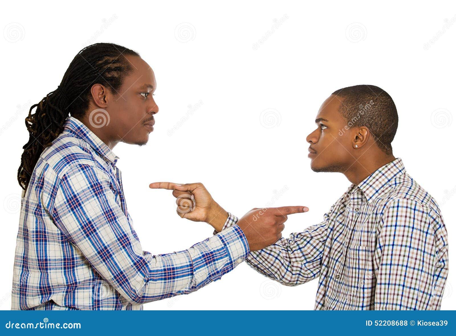 Dos individuos enojados que señalan los fingeres en uno a, culpándose