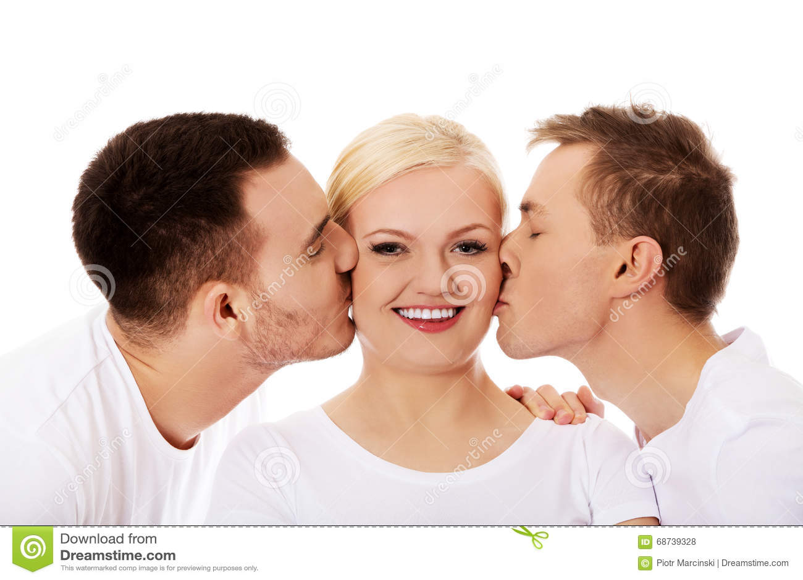 Dos individuos que besan mejillas de la mujer del amigo