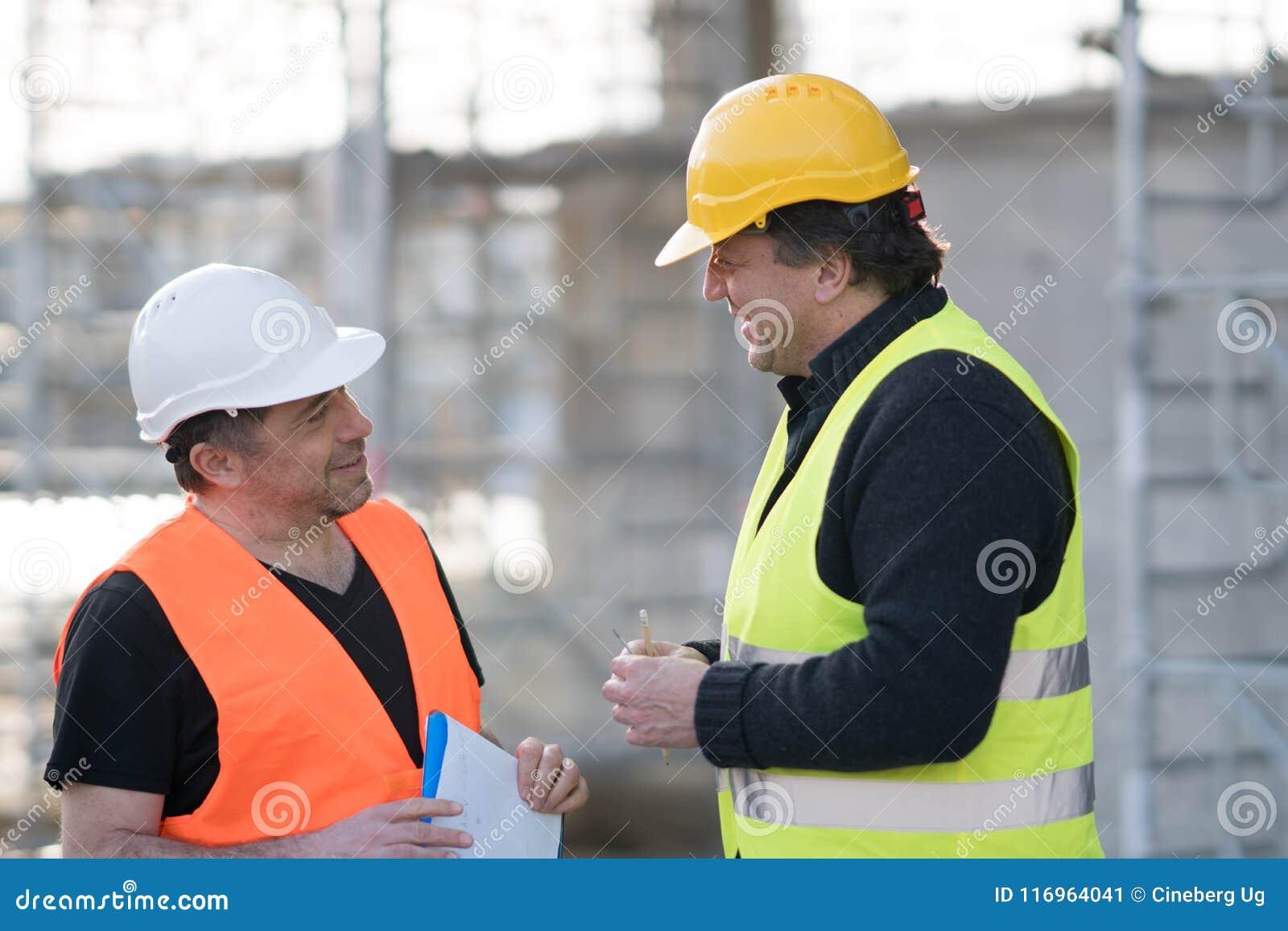 Dos ingenieros civiles de sexo masculino en el trabajo