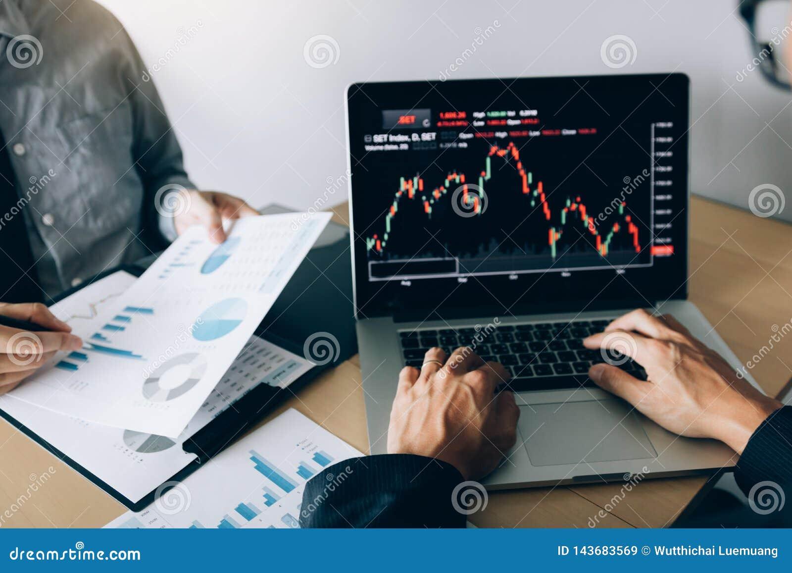 Dos inversores están trabajando así como analizar los gráficos comunes de los datos en el papel y la visión de los datos sobre la