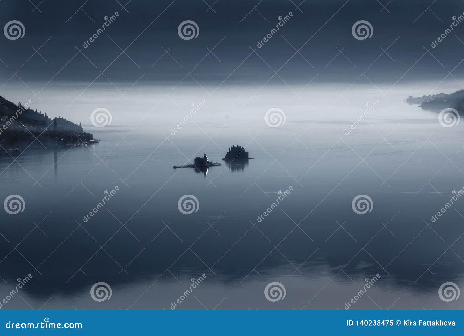 Dos islas cerca de Perast en la bahía de Kotor en la madrugada en la niebla 2019-02-17 08: 38