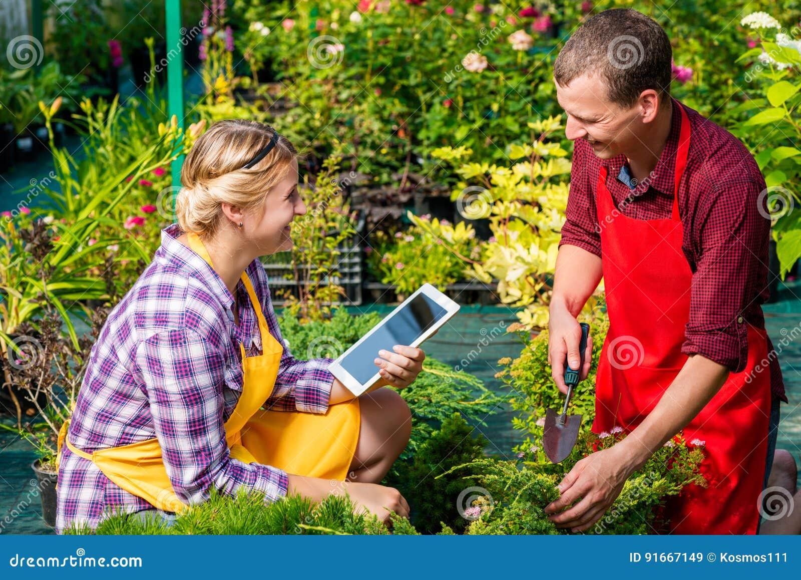 Dos jardineros felices en el trabajo