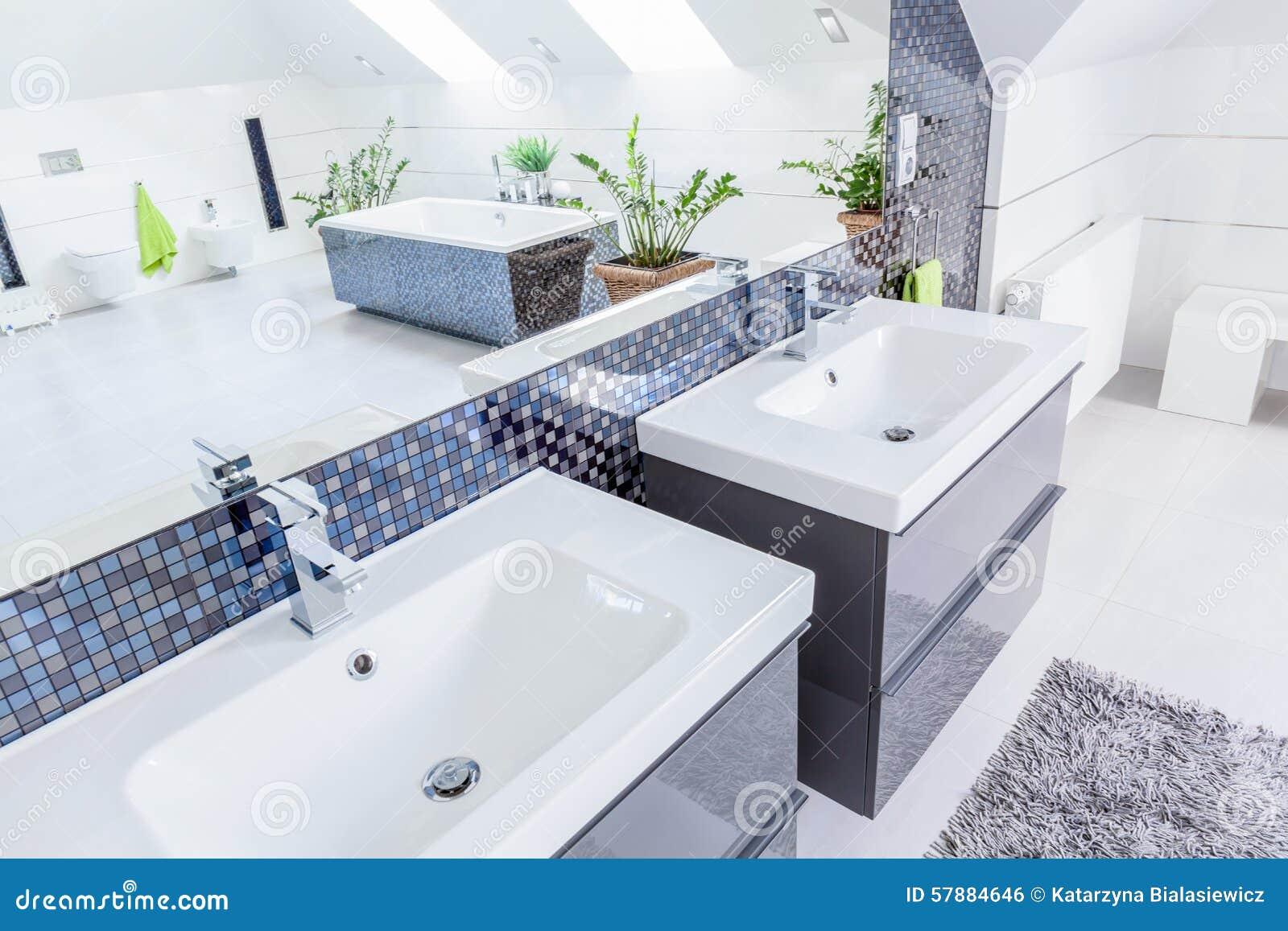 awesome dos lavabos en cuarto de bao imagen de archivo libre de regalas with cuartos de bao de marmol