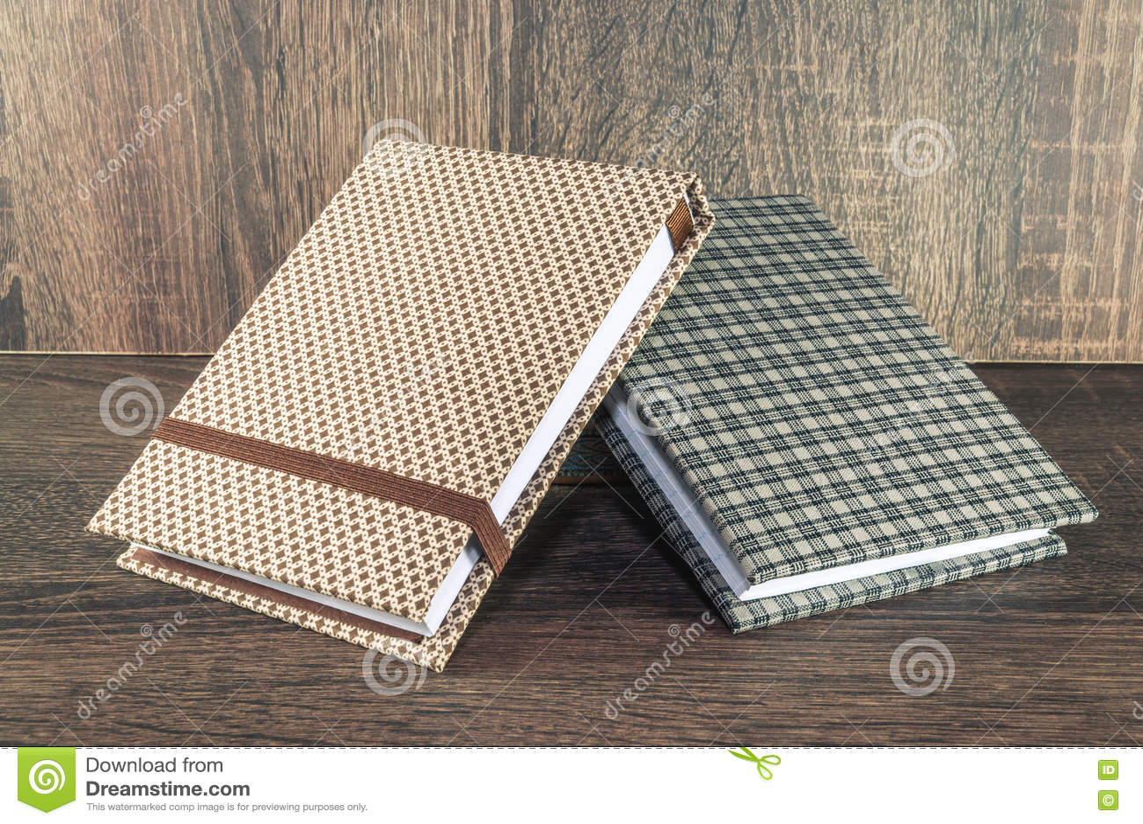 Dos libretas hechas a mano adornadas con la tela usada para escribir recordatorios de su vida o negocio