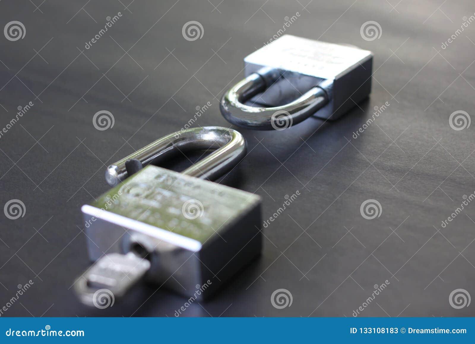 Dos llaves cerradas y no cerradas en éxito en negocio y tener i