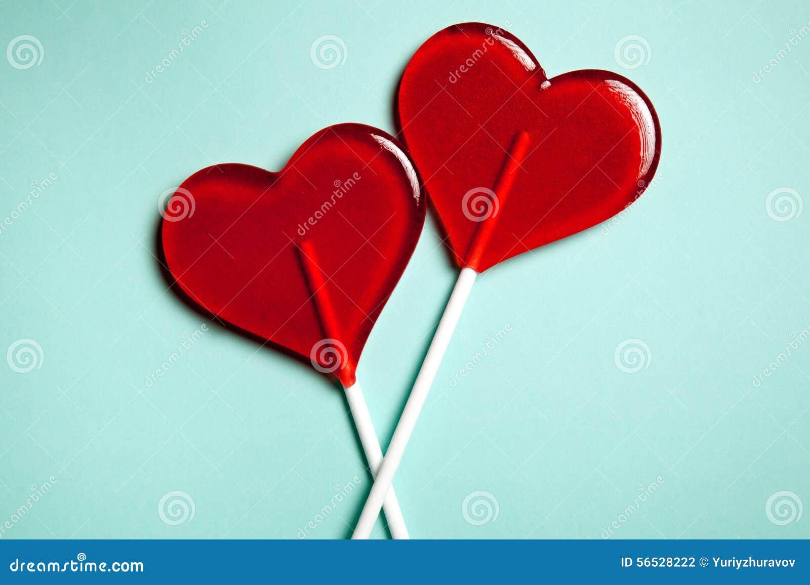 Dos Lollipops Dos corazones Caramelo Concepto del amor Día de tarjeta del día de San Valentín