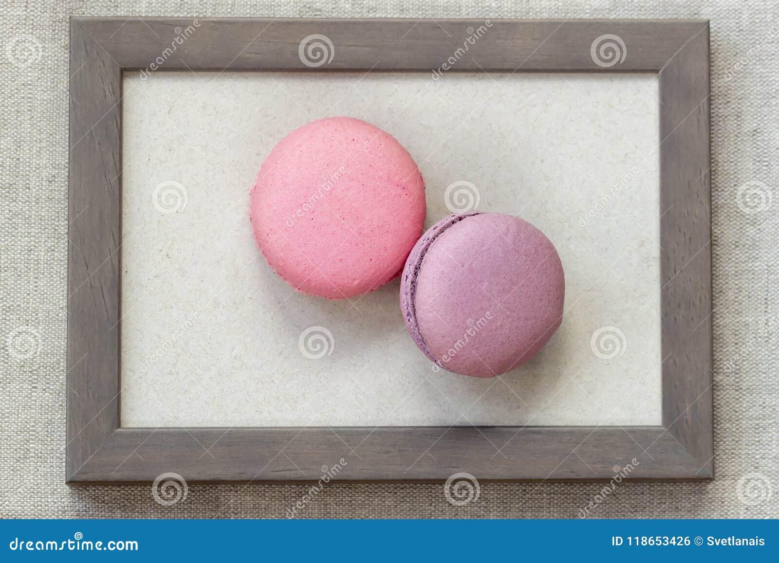 Dos Macarrones Del Fresch De Colores Rosados Y Violetas En El Marco ...