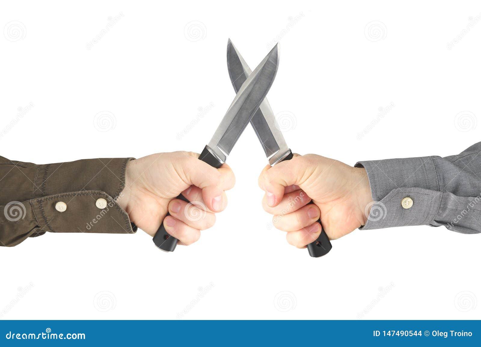 Dos manos con los cuchillos que se hacen frente Confrontación y guerra