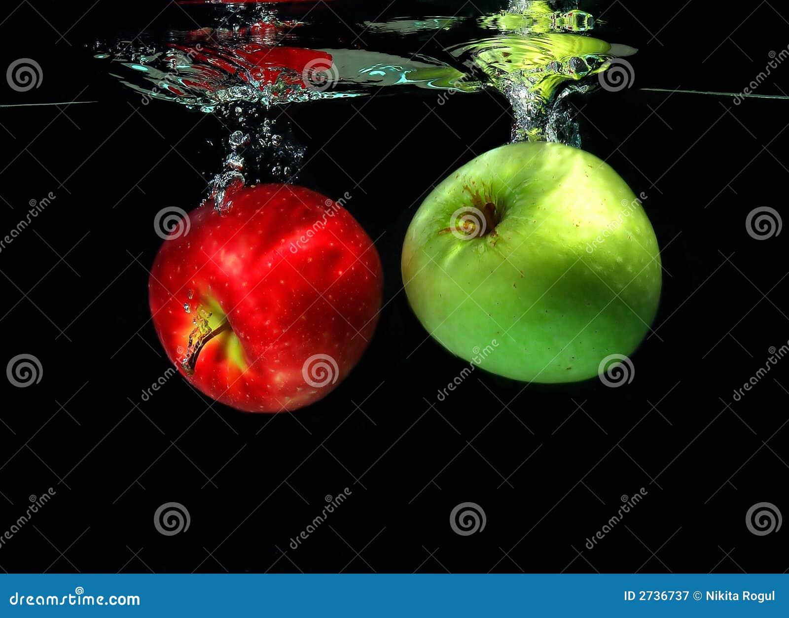 Dos manzanas que caen en el agua