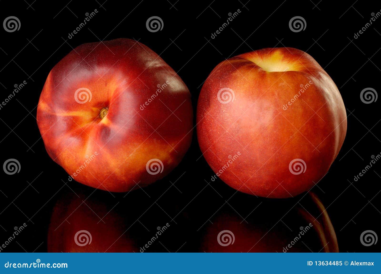 Dos melocotones rojos de la nectarina