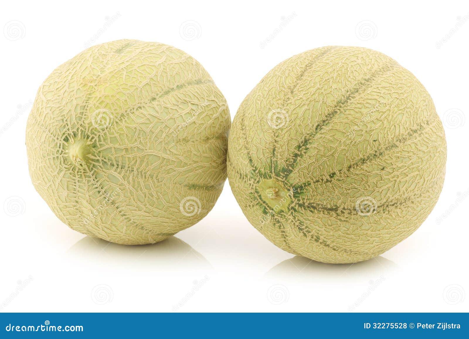 dos-melones-enteros-del-cantalupo-32275528.jpg