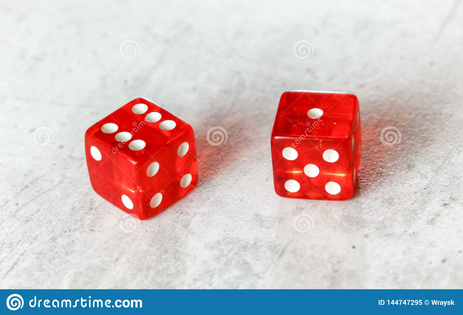 Dos mierdas rojas translúcidas cortan en cuadritos en mostrar blanco del tablero natural o siete fuera del número 6 y 1
