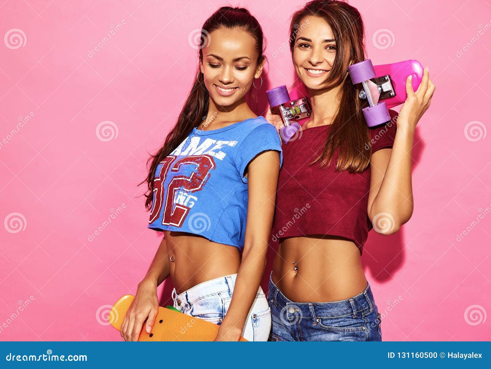 8075bfda7 Dos Modelos Elegantes Jovenes De La Mujer En Ropa Del Inconformista ...