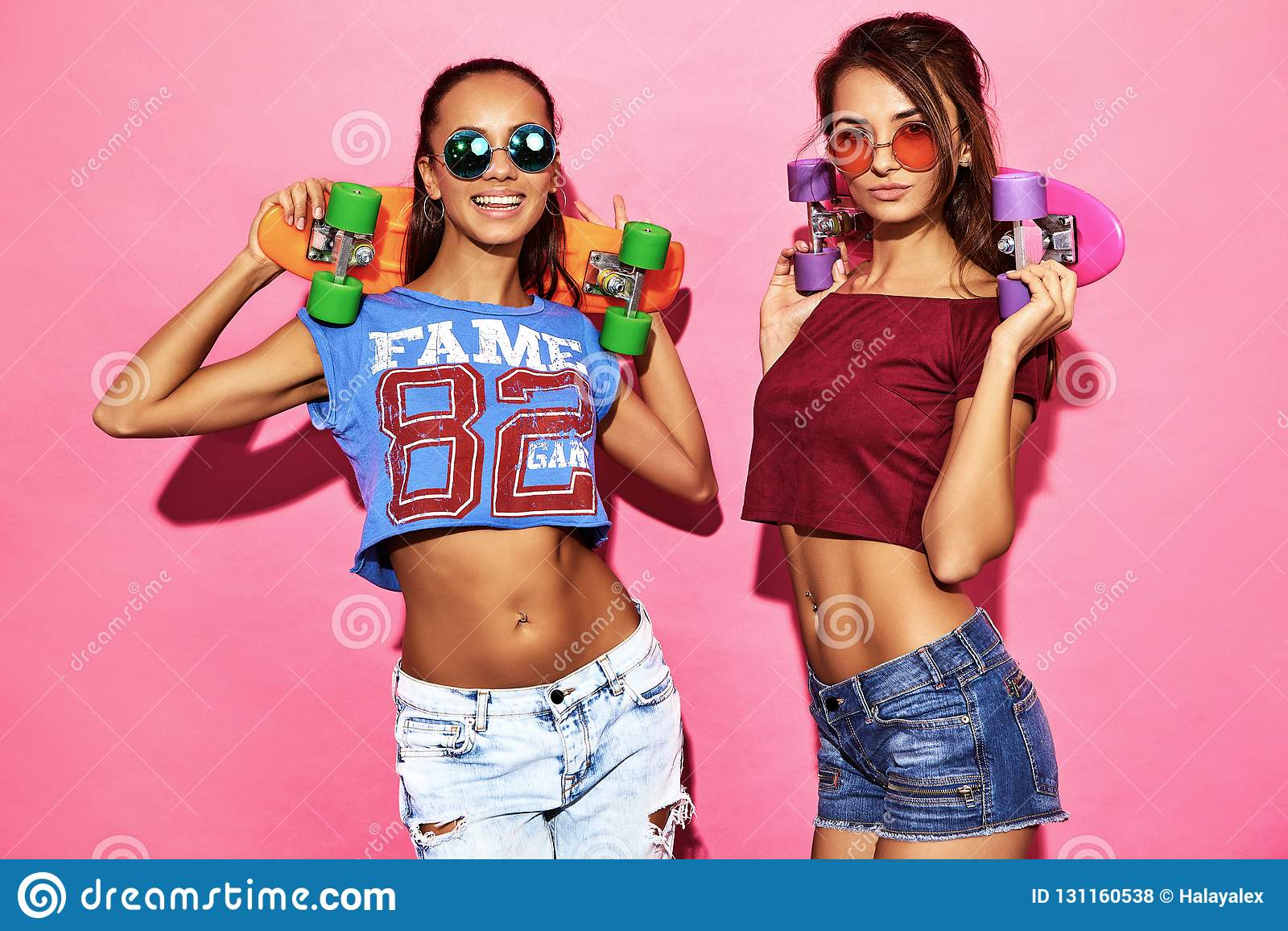 Dos Modelos Elegantes Jovenes De La Mujer En Ropa Del