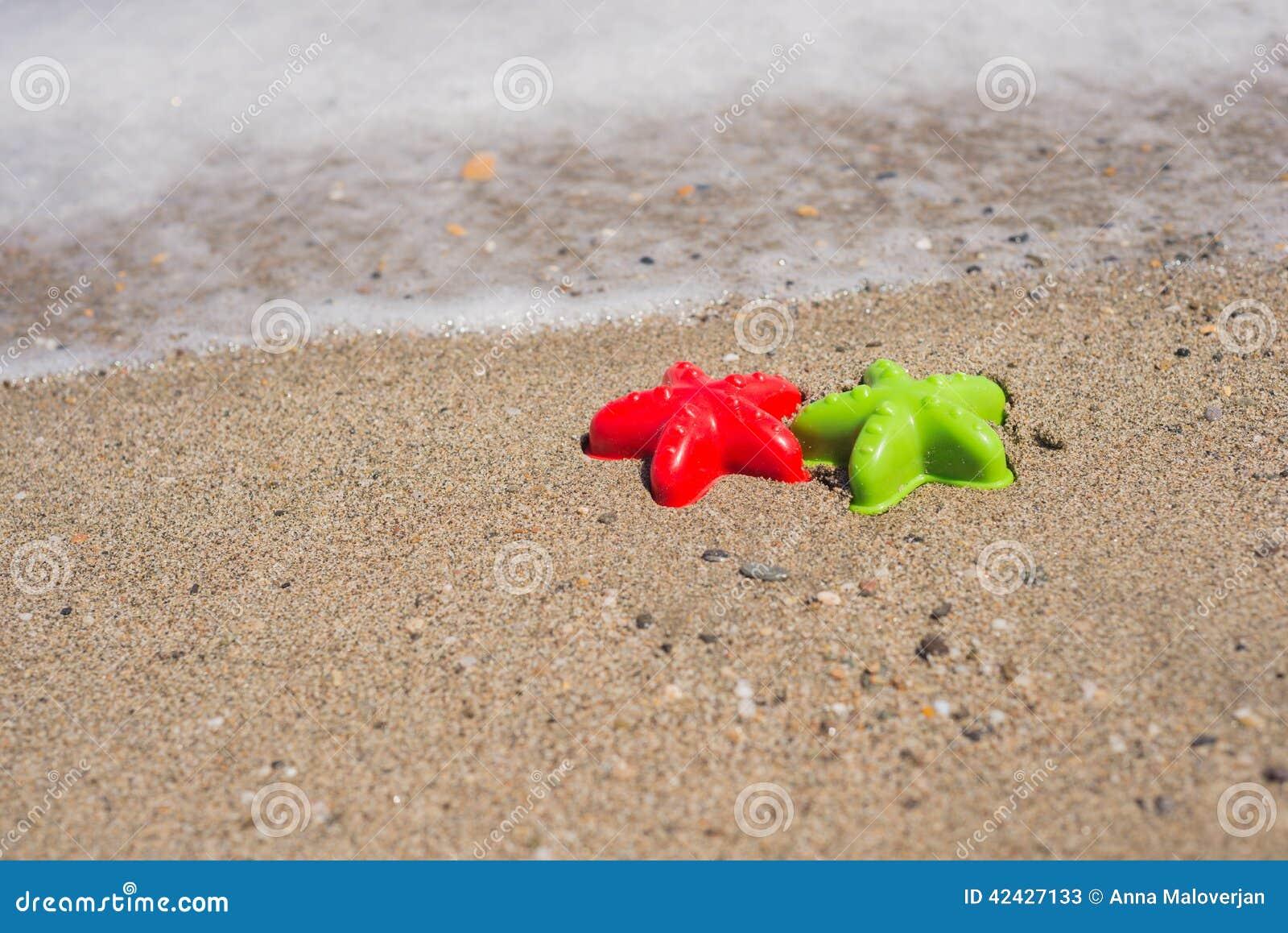 Dos moldes estrella de mar-formados en la arena