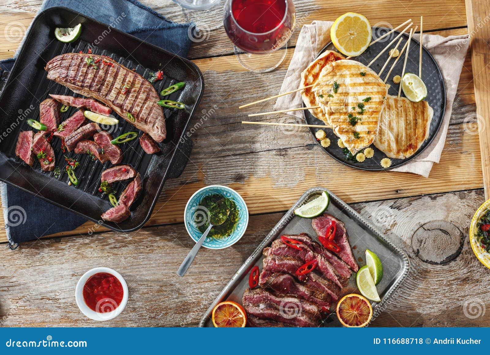 Dos molhos de madeira da tabela da grade do bife da galinha da grade do bife vitória vermelha